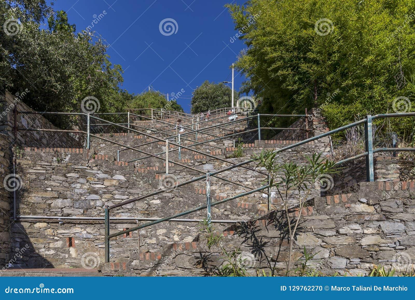 Η απότομη σκάλα από το σταθμό τρένου στο κέντρο της πόλης λόφων Corniglia, Cinque Terre, Λιγυρία, Ιταλία
