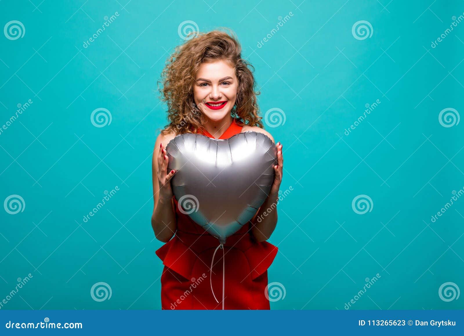 η ασιατική ανασκόπησης μπαλονιών όμορφη καυκάσια εννοιών χαριτωμένη ημέρας εκμετάλλευση καρδιών φορεμάτων κ Χαριτωμένη όμορφη νέα