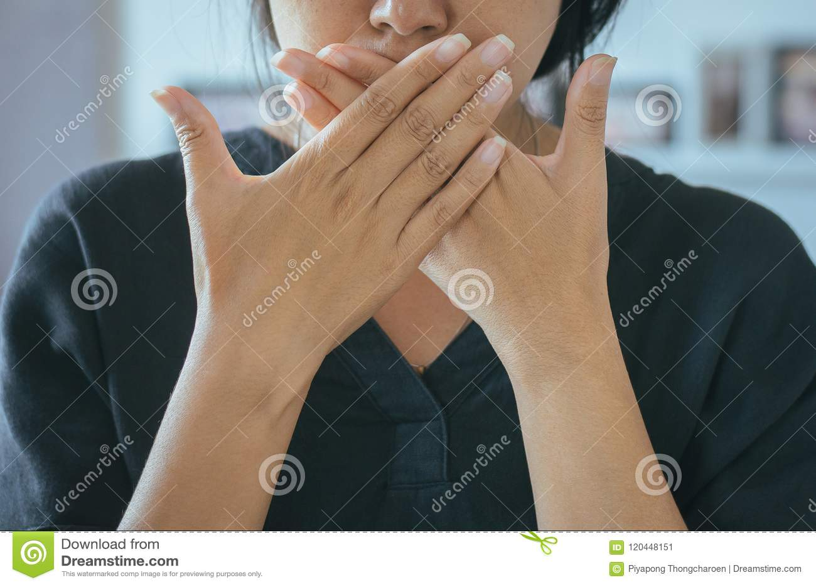 Η ασιατική γυναίκα που καλύπτει το στόμα της και μυρίζει την αναπνοή της με τα χέρια upter ξυπνήστε, κακή μυρωδιά
