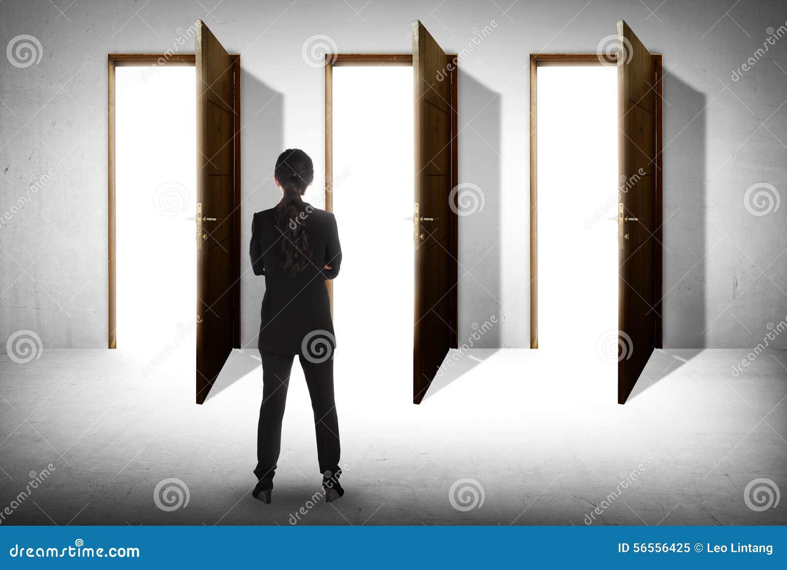 Download Η ασιατική επιχειρησιακή γυναίκα πρέπει να επιλέξει τις πόρτες Στοκ Εικόνα - εικόνα από πόρτες, έννοια: 56556425