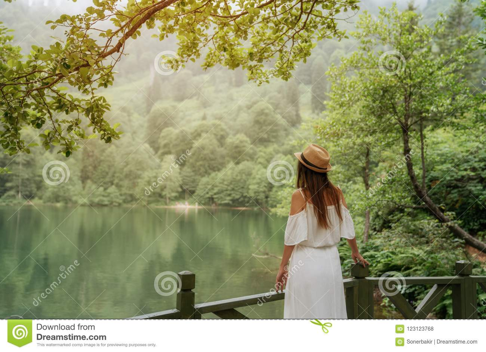 η ασιατική καυκάσια κινεζική ευτυχής λίμνη κοριτσιών ημέρας ανάμιξε υπαίθρια τις εξωτερικές πάρκων πορτρέτου όμορφες νεολαίες θερ