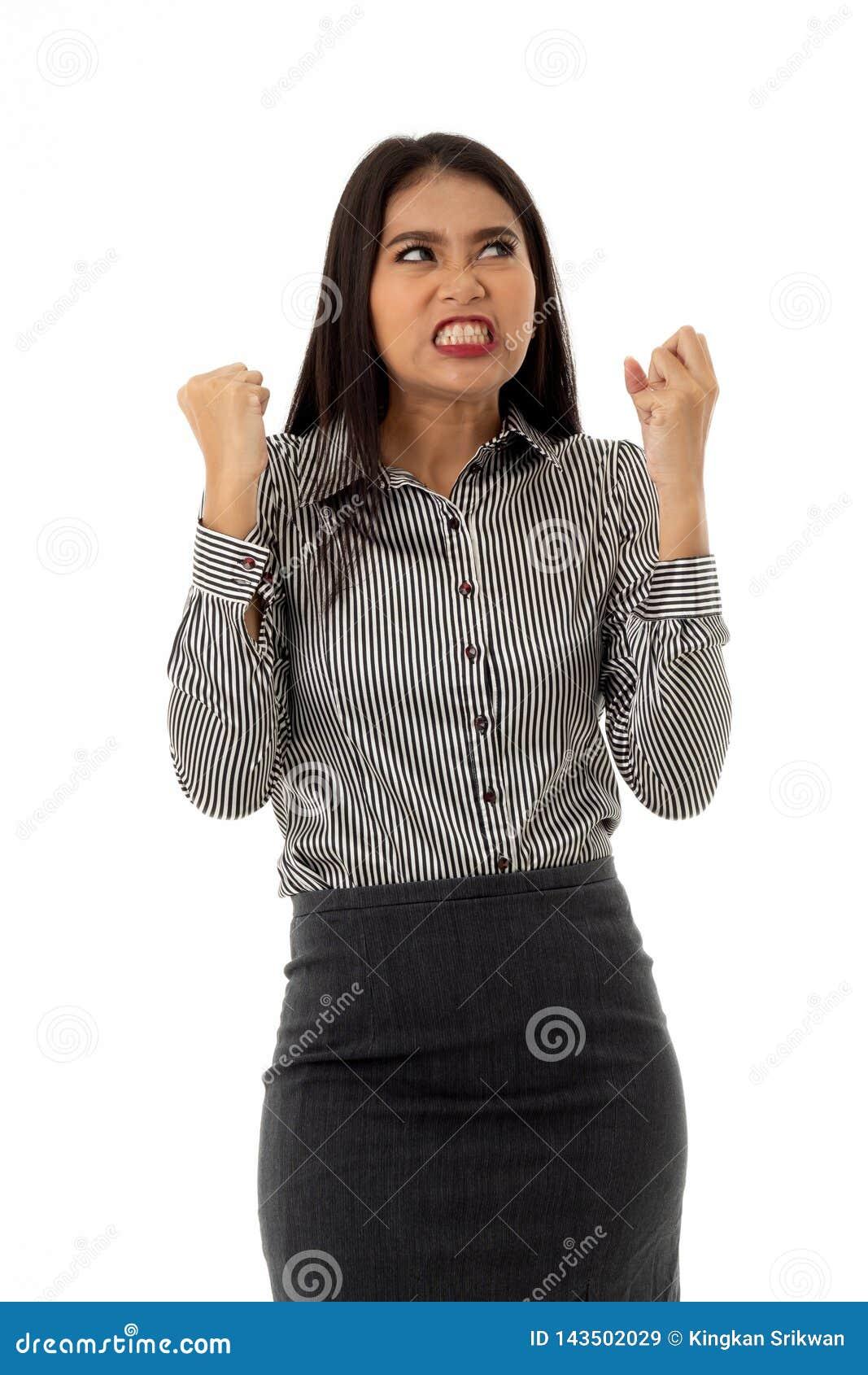 Η ασιατική νέα κυρία κλείνει το χέρι της και λείανση των δοντιώνη της