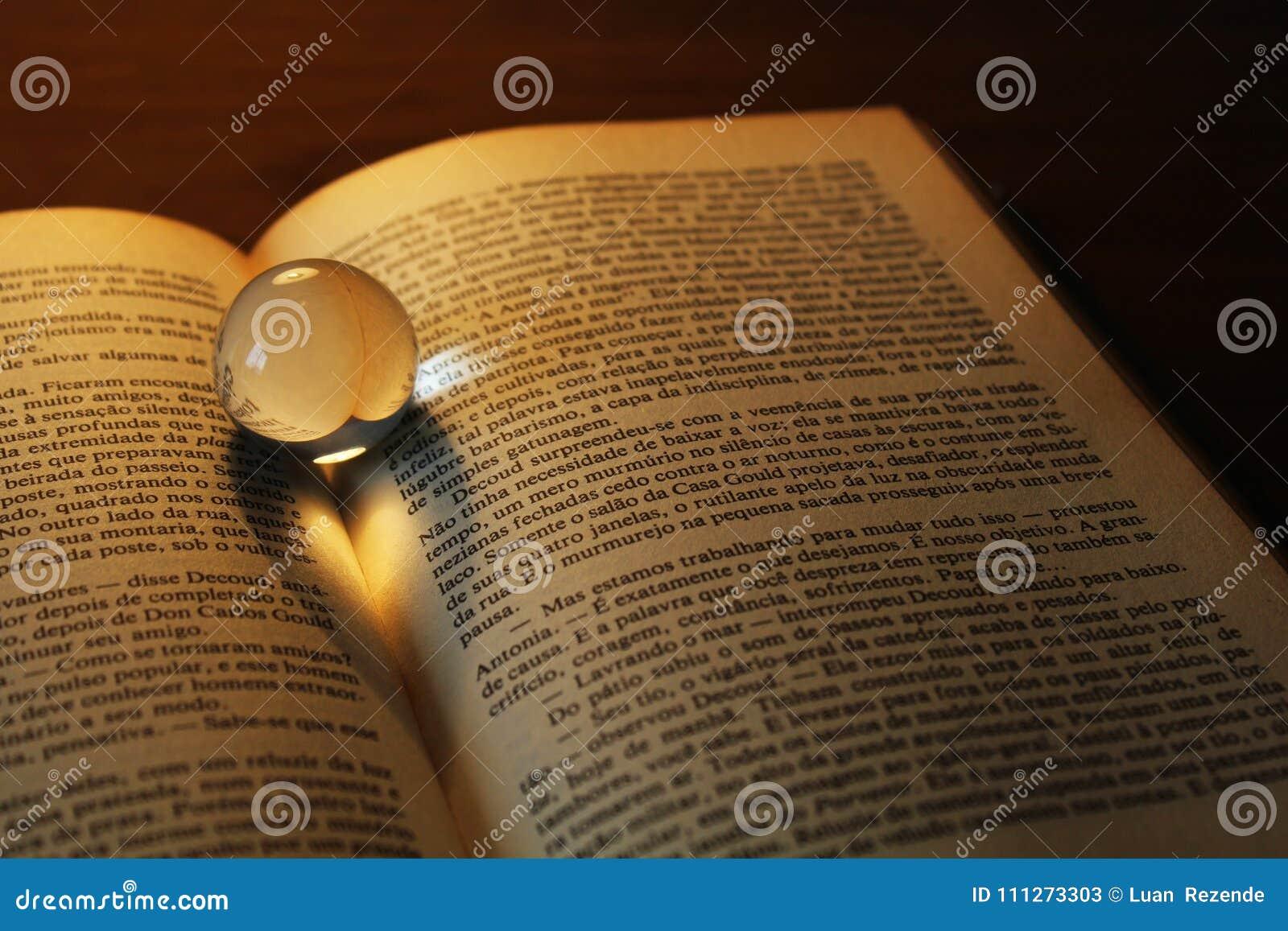 Η αφηρημένη καρδιά η σκιά σε ένα βιβλίο