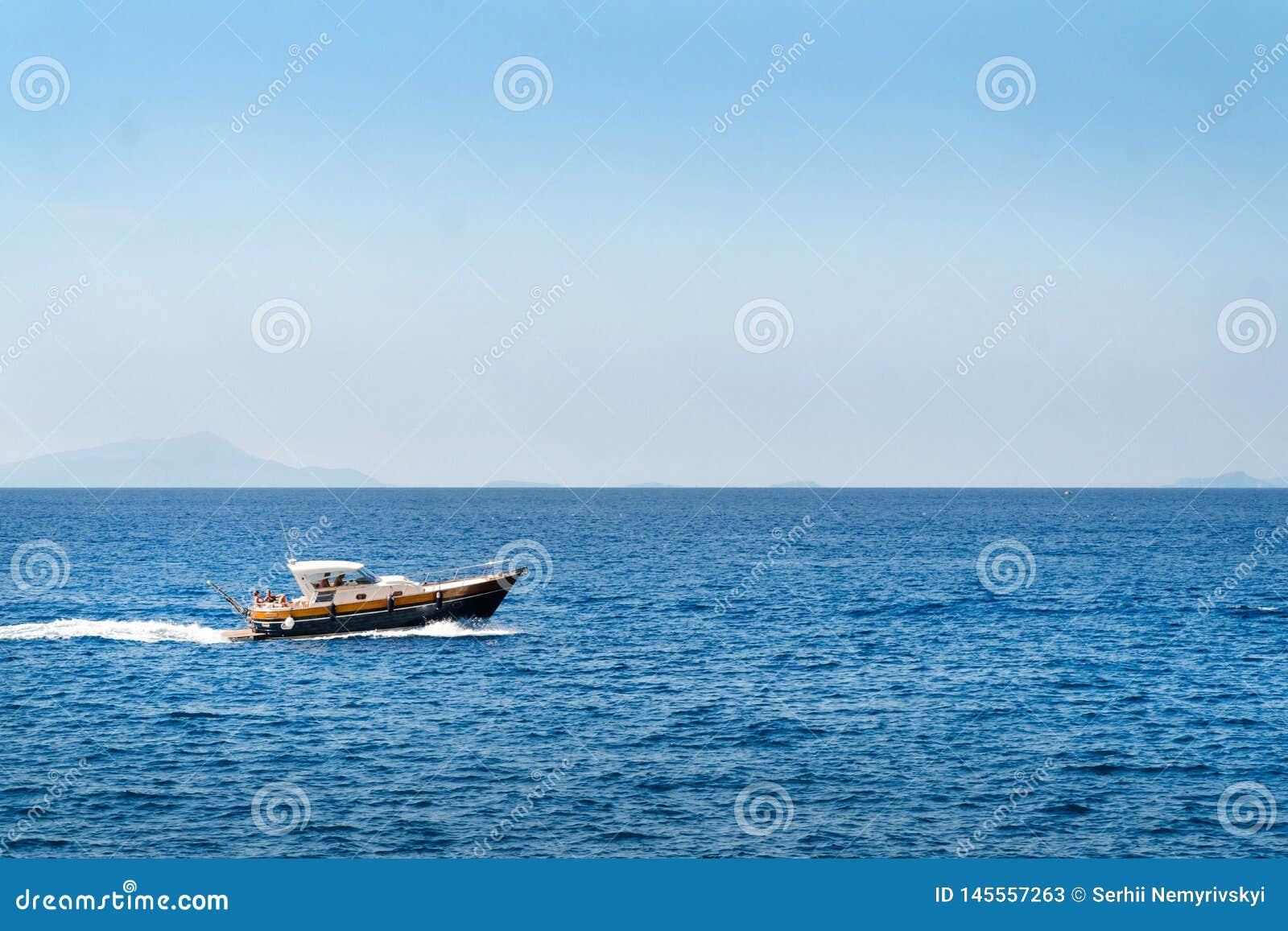 Η βάρκα πολυτέλειας, yaht επιπλέοντας στο νερό, την μπλε θάλασσα και τον ουρανό με το copyspace, μεταφορά χαλαρώνει και σκοντάφτε