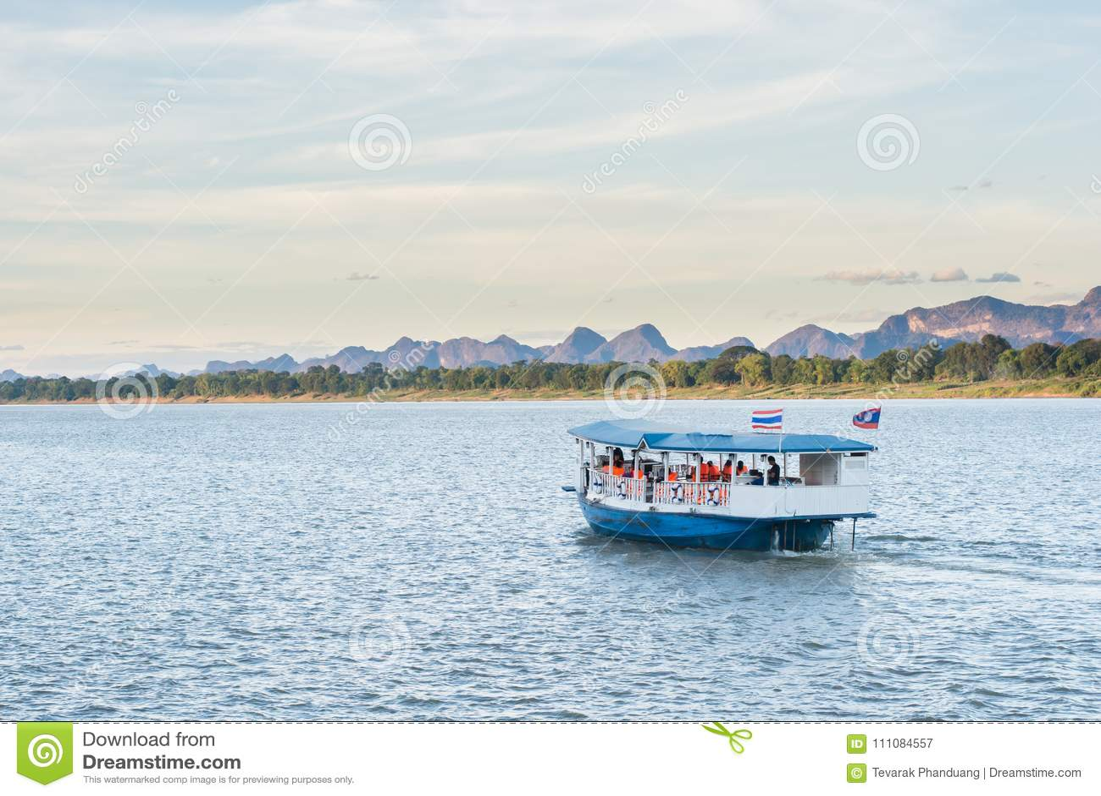 Η βάρκα Mekong στον ποταμό Nakhonphanom Ταϊλάνδη σε Λαοτιανό