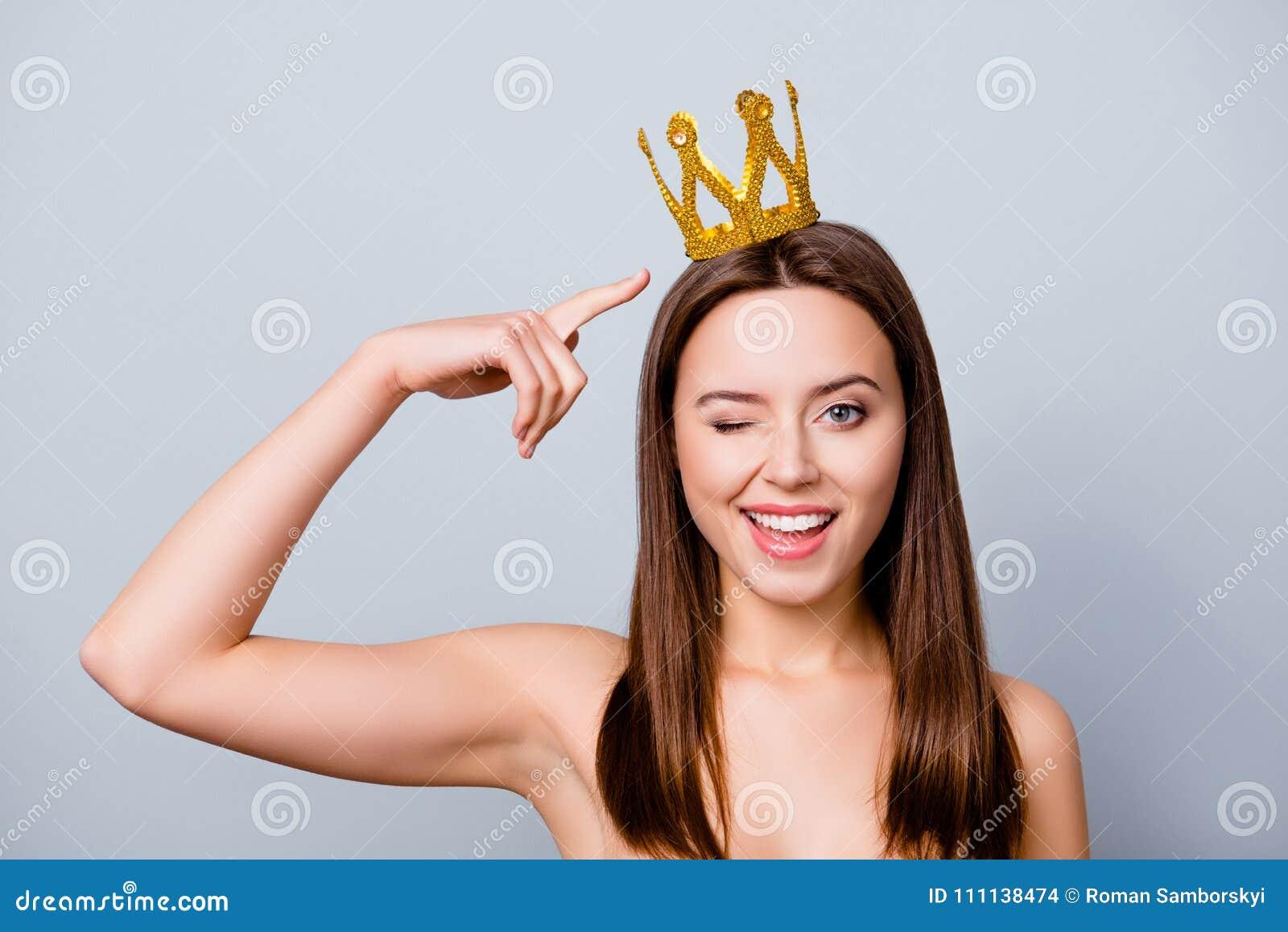 Η βέβαια χαριτωμένη όμορφη νέα γυναίκα με μια κορώνα στο κεφάλι της είναι