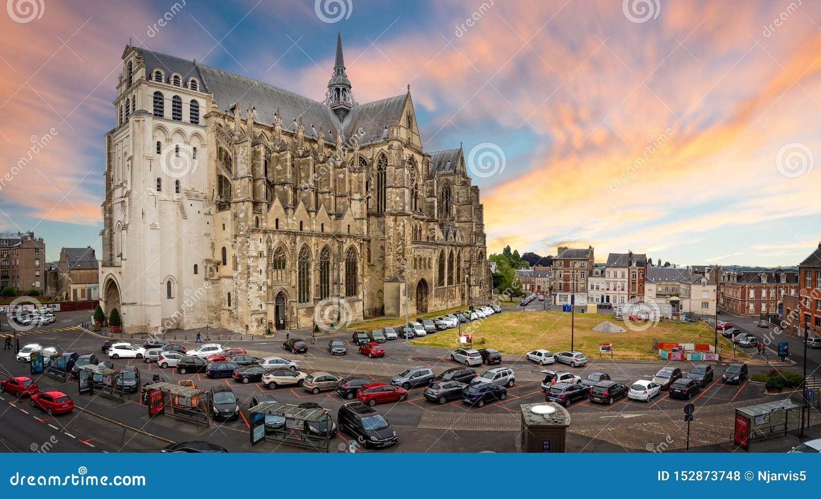 Η βασιλική του Saint-Quentin στην εκκλησία ηλιοβασιλέματος στο Saint-Quentin, Aisne, Γαλλία
