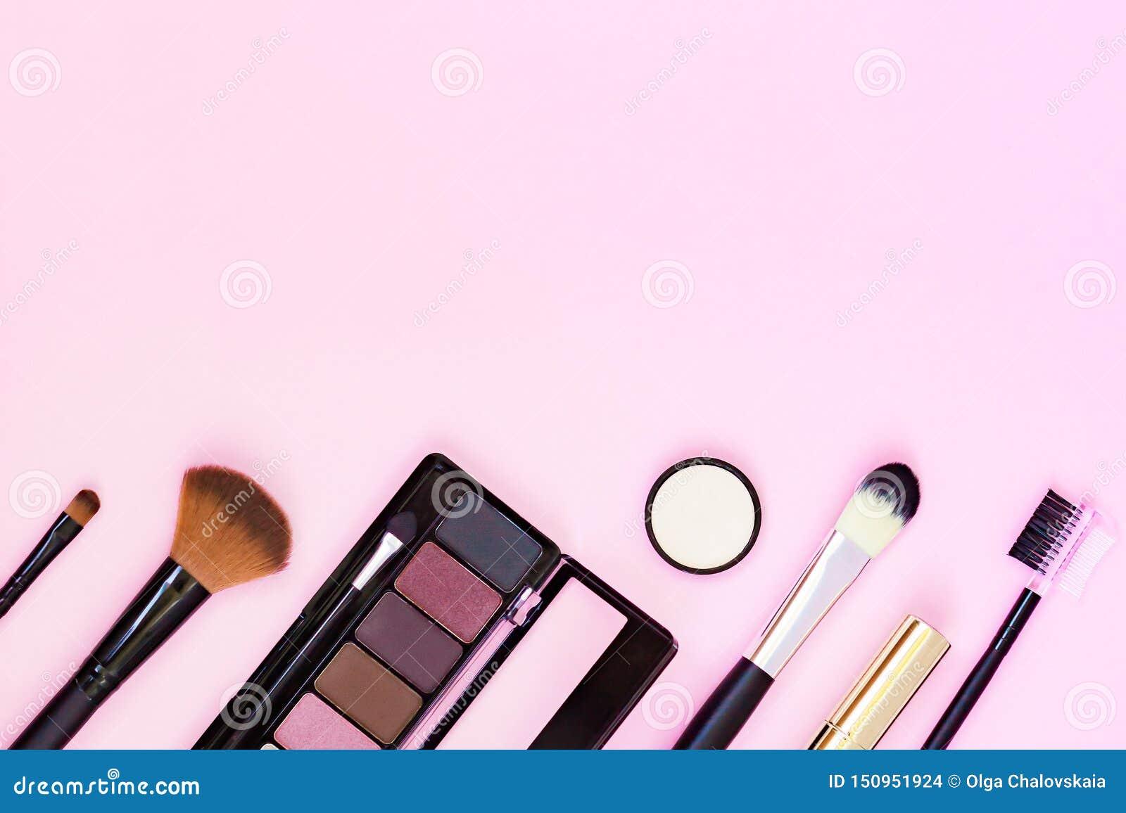 Η βούρτσα Makeup και τα διακοσμητικά καλλυντικά σε μια κρητιδογραφία οδοντώνουν το υπόβαθρο με το κενό διάστημα r