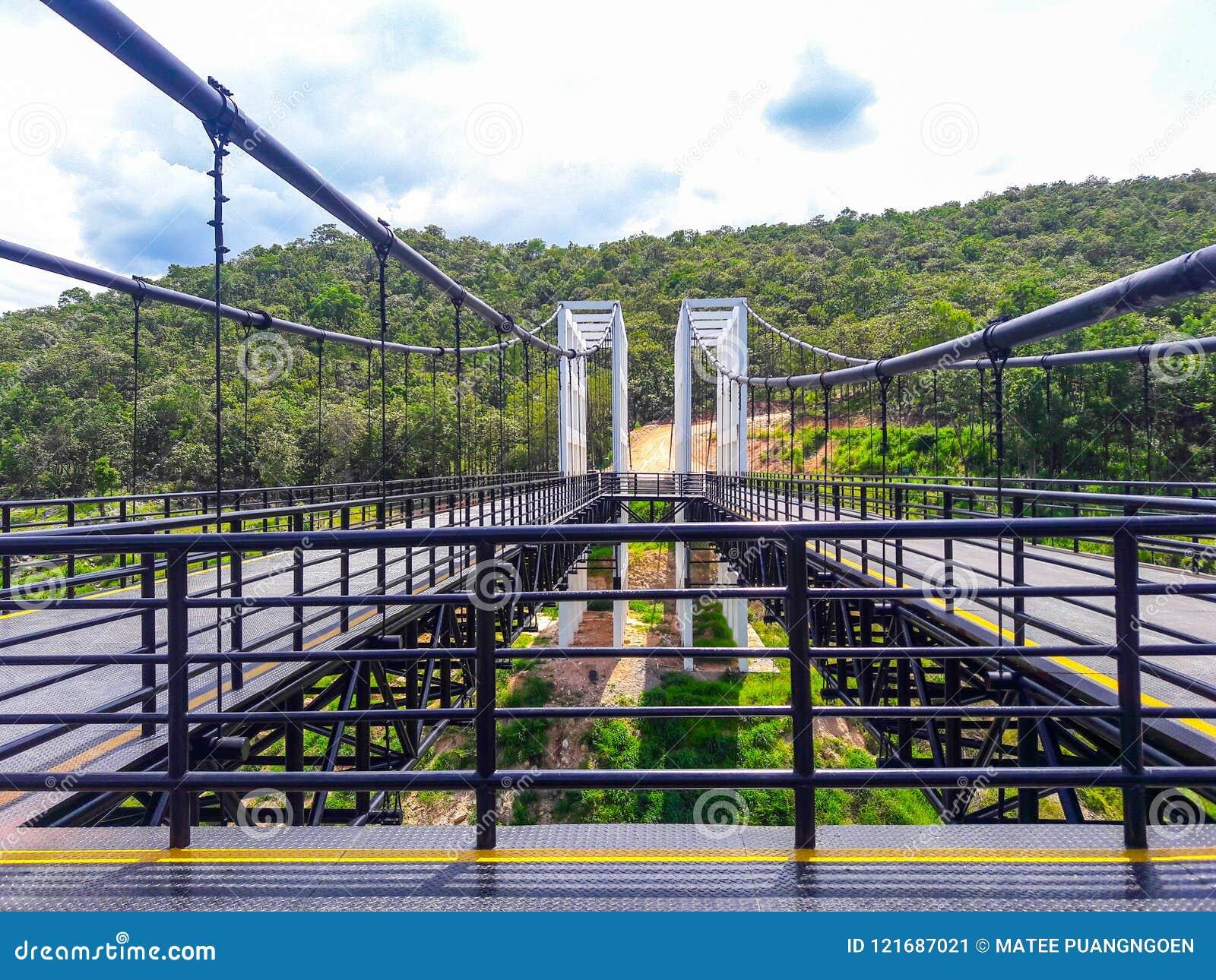 Η γέφυρα αναστολής αποτελείται από τον άσπρο χάλυβα