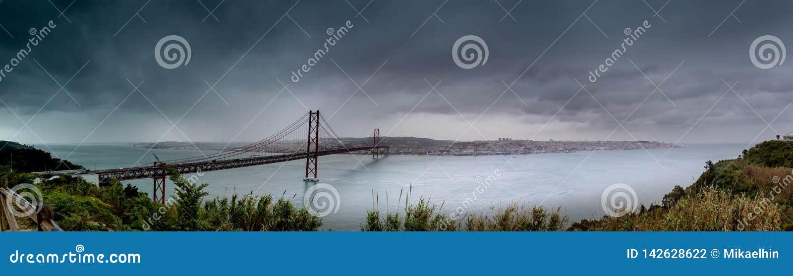 Η γέφυρα στη Λισσαβώνα, που ονομάστηκε Ponte 25 de Abril, κάλεσε επίσης τη γέφυρα αδελφών της χρυσής πύλης