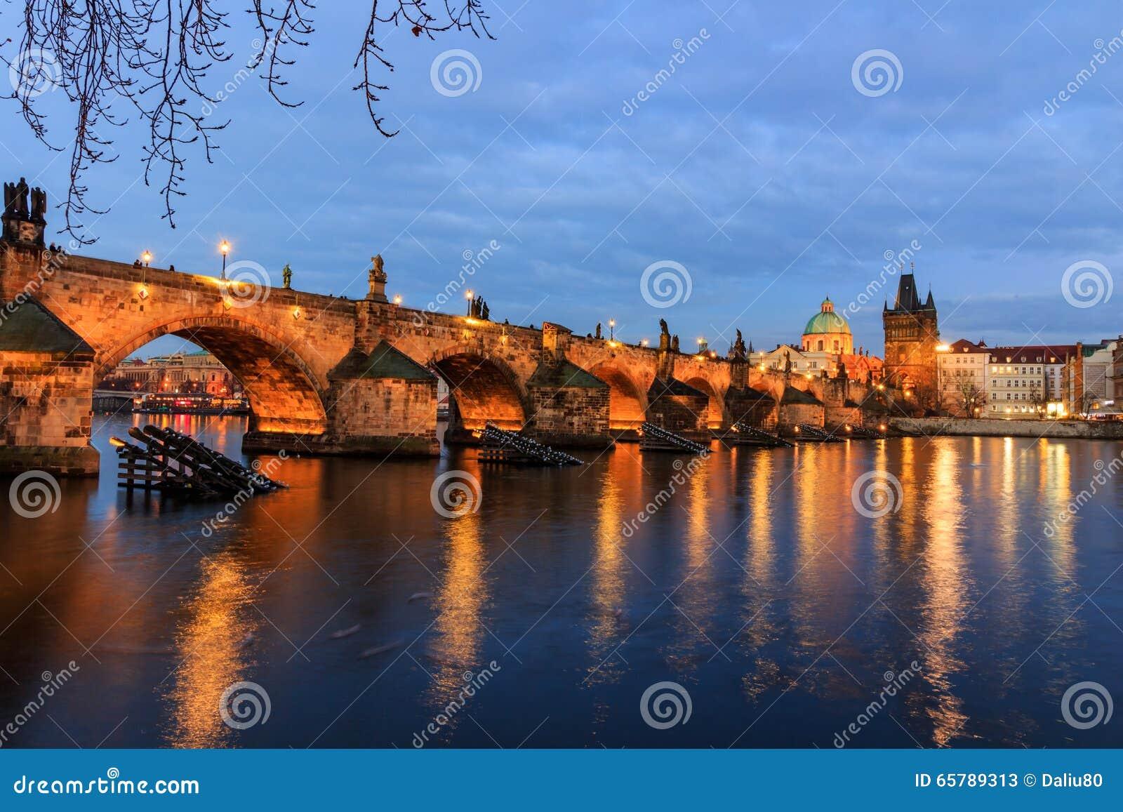Η γέφυρα του Charles (τσέχικα: Το Karluv πιό πολύ) είναι μια διάσημη ιστορική γέφυρα στην Πράγα, Δημοκρατία της Τσεχίας
