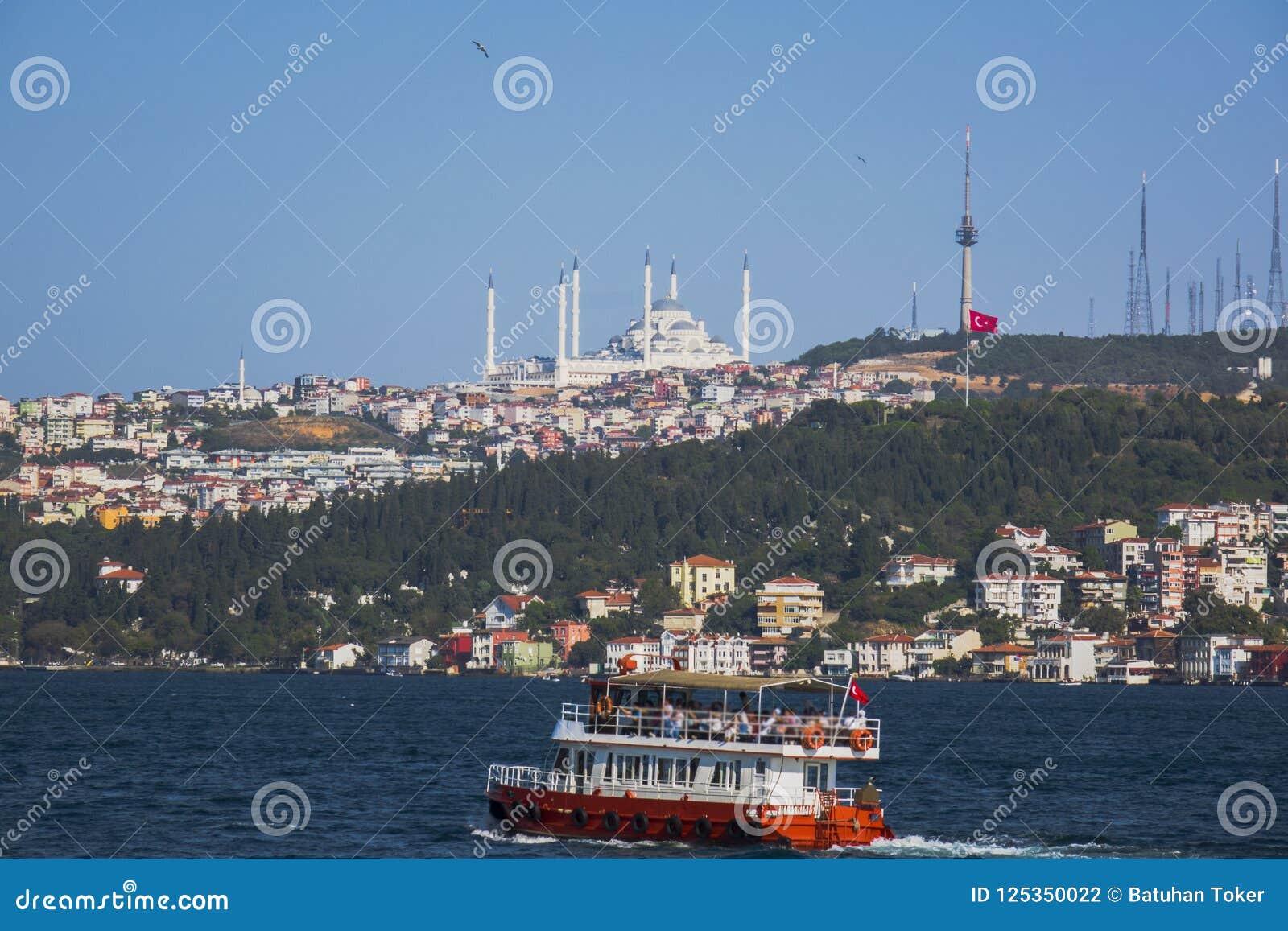 Η γέφυρα Bosphorus και το μουσουλμανικό τέμενος Camlica Uskudar seascape βαρκών ωκεάνια ειρηνική τροπική όψη του Βιετνάμ
