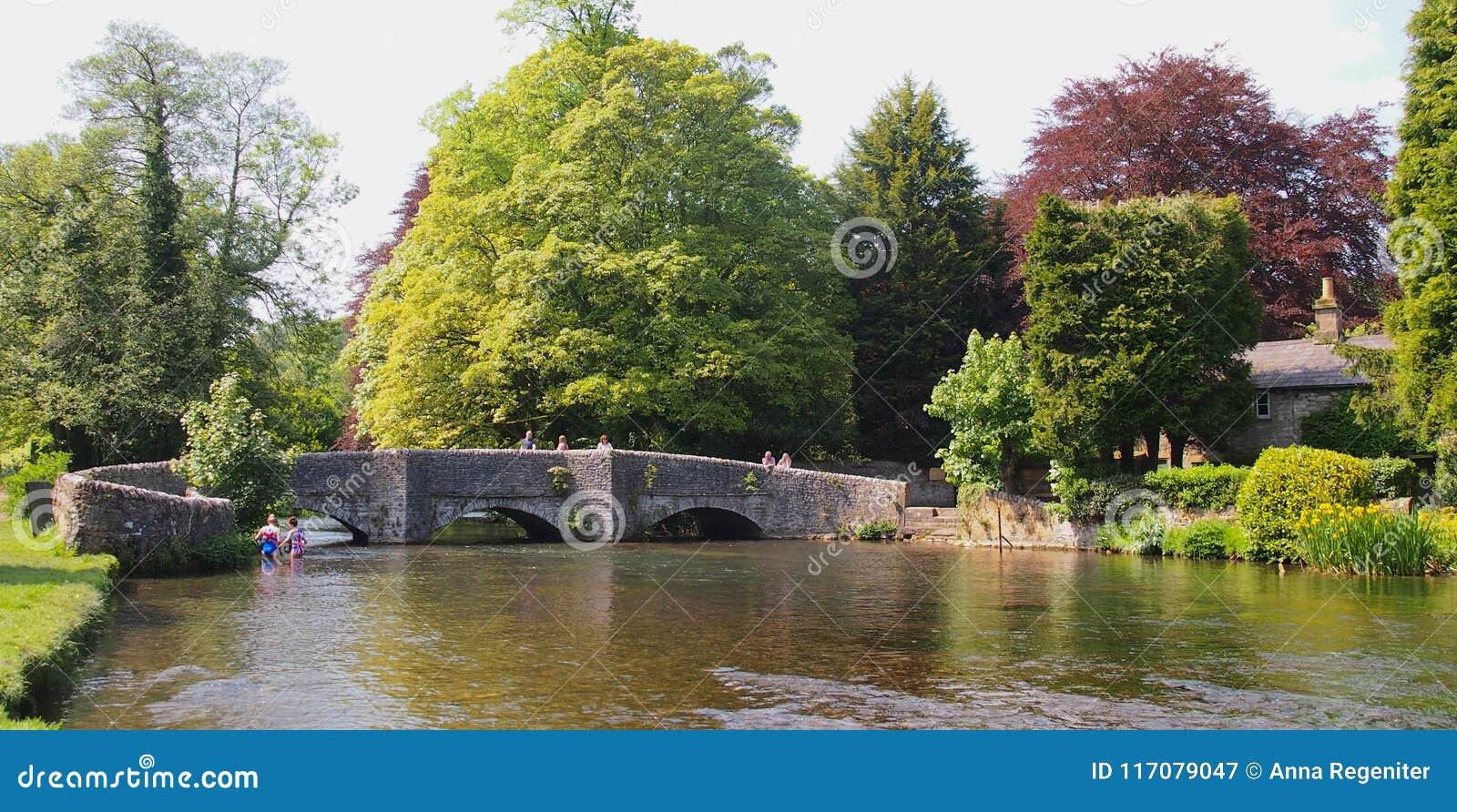 Η γέφυρα Sheepwash στο ashford--ο-νερό στο Derbyshire, Αγγλία