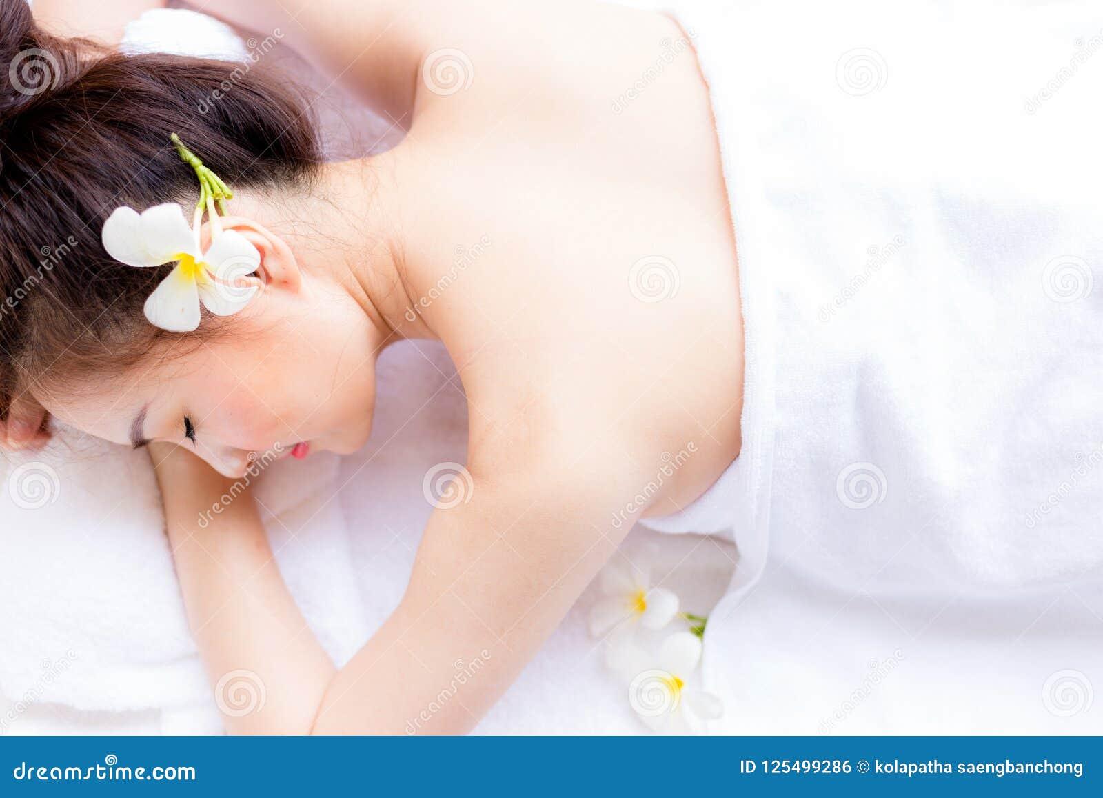 Η γοητεία της όμορφης γυναίκας πελατών ξαπλώνει στο κρεβάτι Attracti