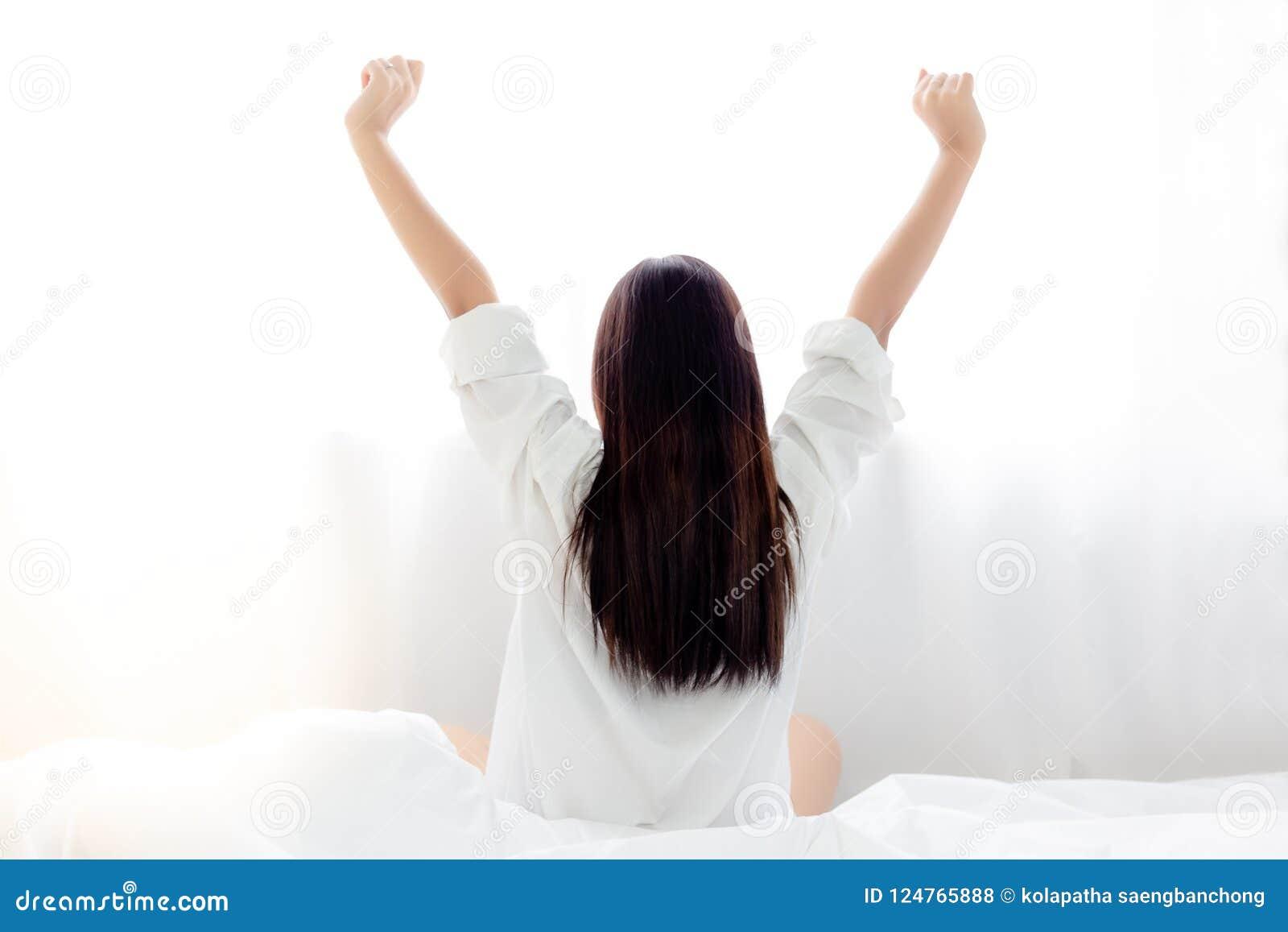 Η γοητεία της όμορφης προκλητικής γυναίκας ξυπνά από ένα κρεβάτι και attrac