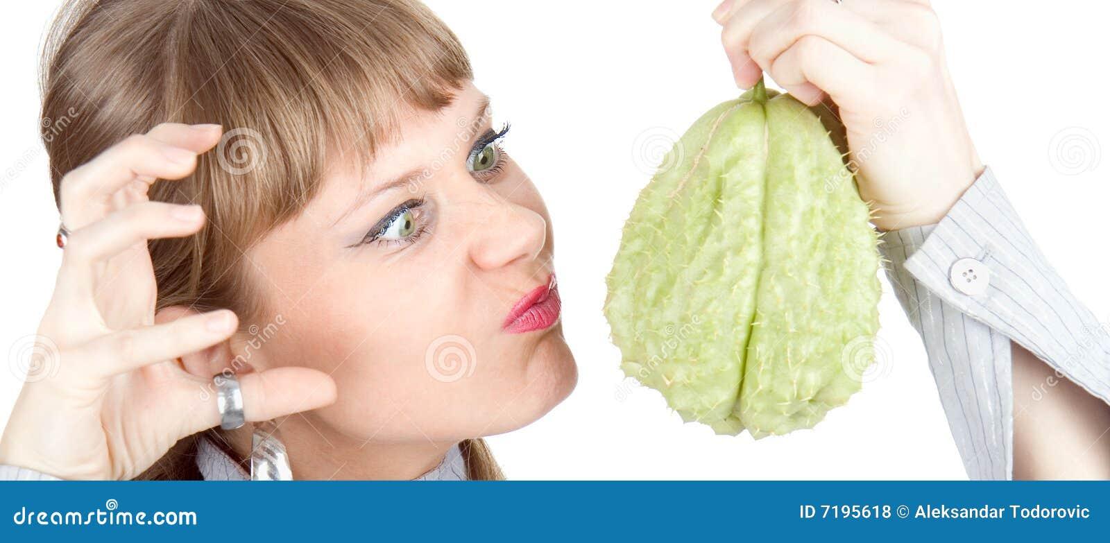 Η γυναίκα έχει ένα μίσος εξετάζοντας το πράσινο λαχανικό