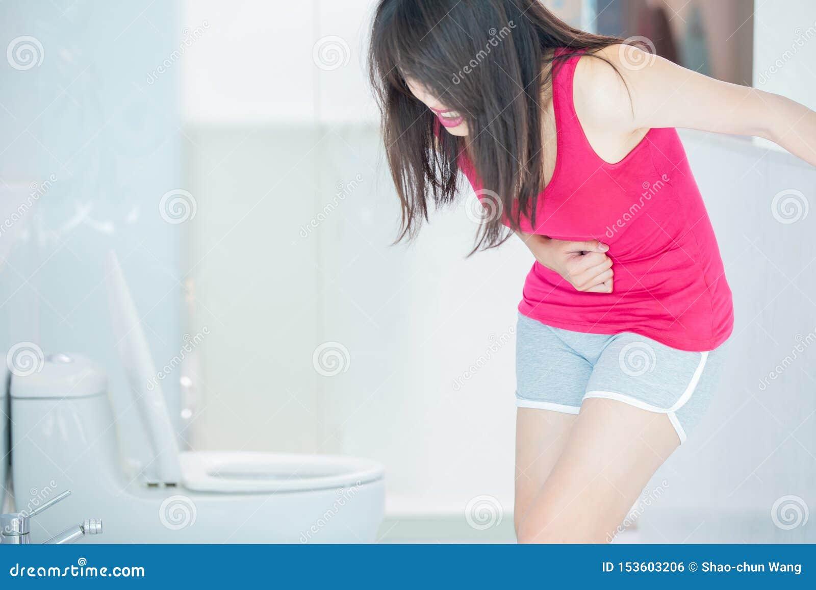 Η γυναίκα αισθάνεται τον πόνο με τη δυσκοιλιότητα