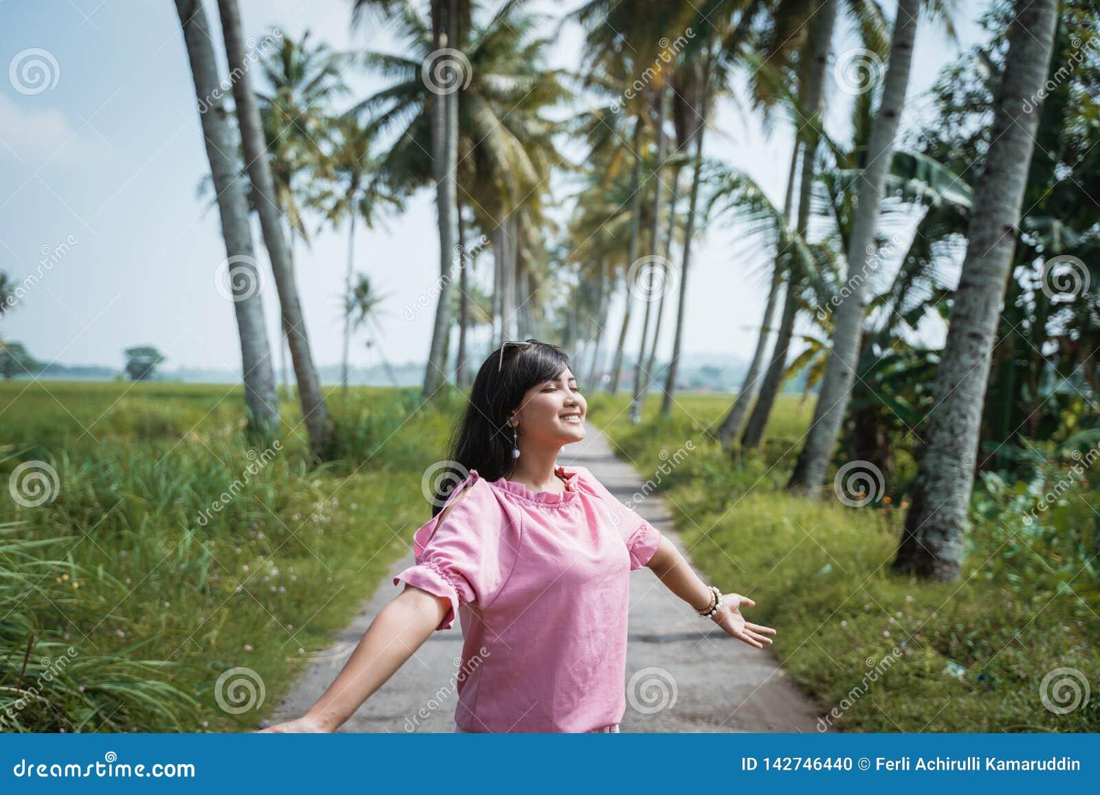 Η γυναίκα ανοίγει την απόλαυση βραχιόνων της υπαίθρια κατά τη διάρκεια της θερινής ημέρας