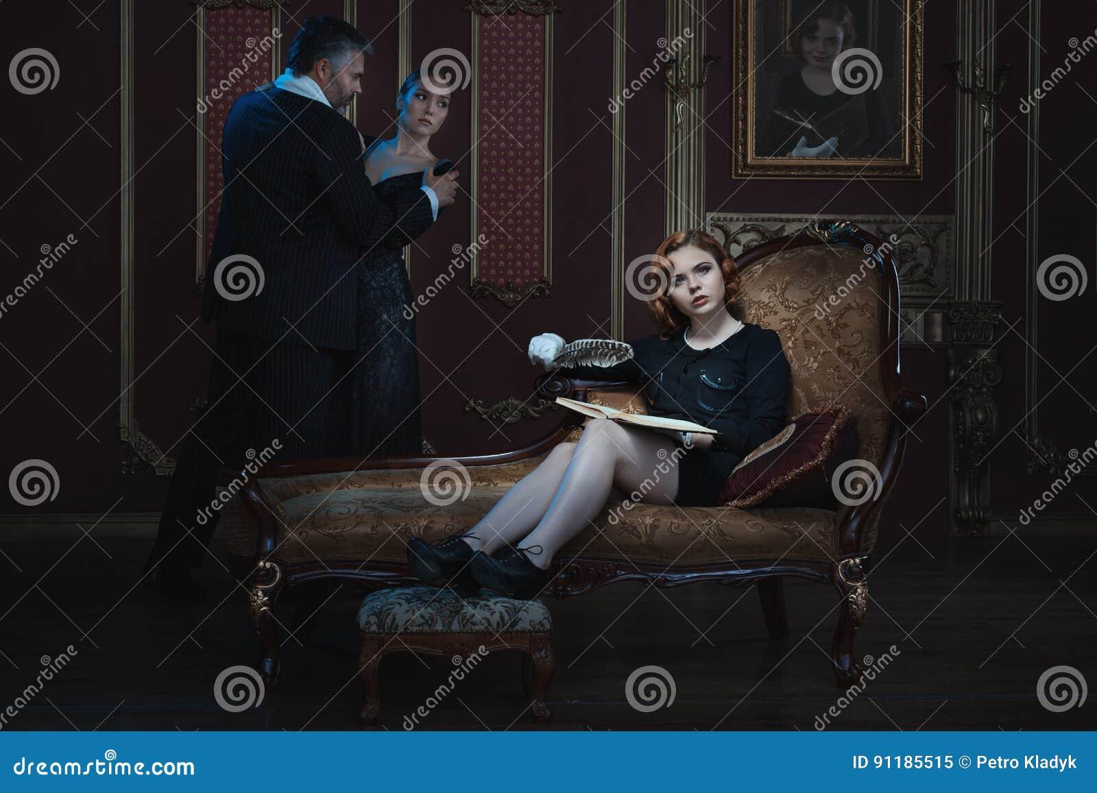 Η γυναίκα γράφει ένα βιβλίο