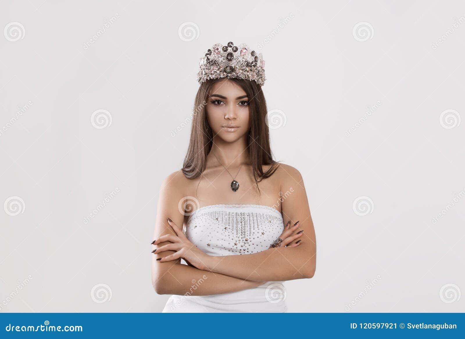 Η γυναίκα θέτει για το περιοδικό που φορά την κορώνα