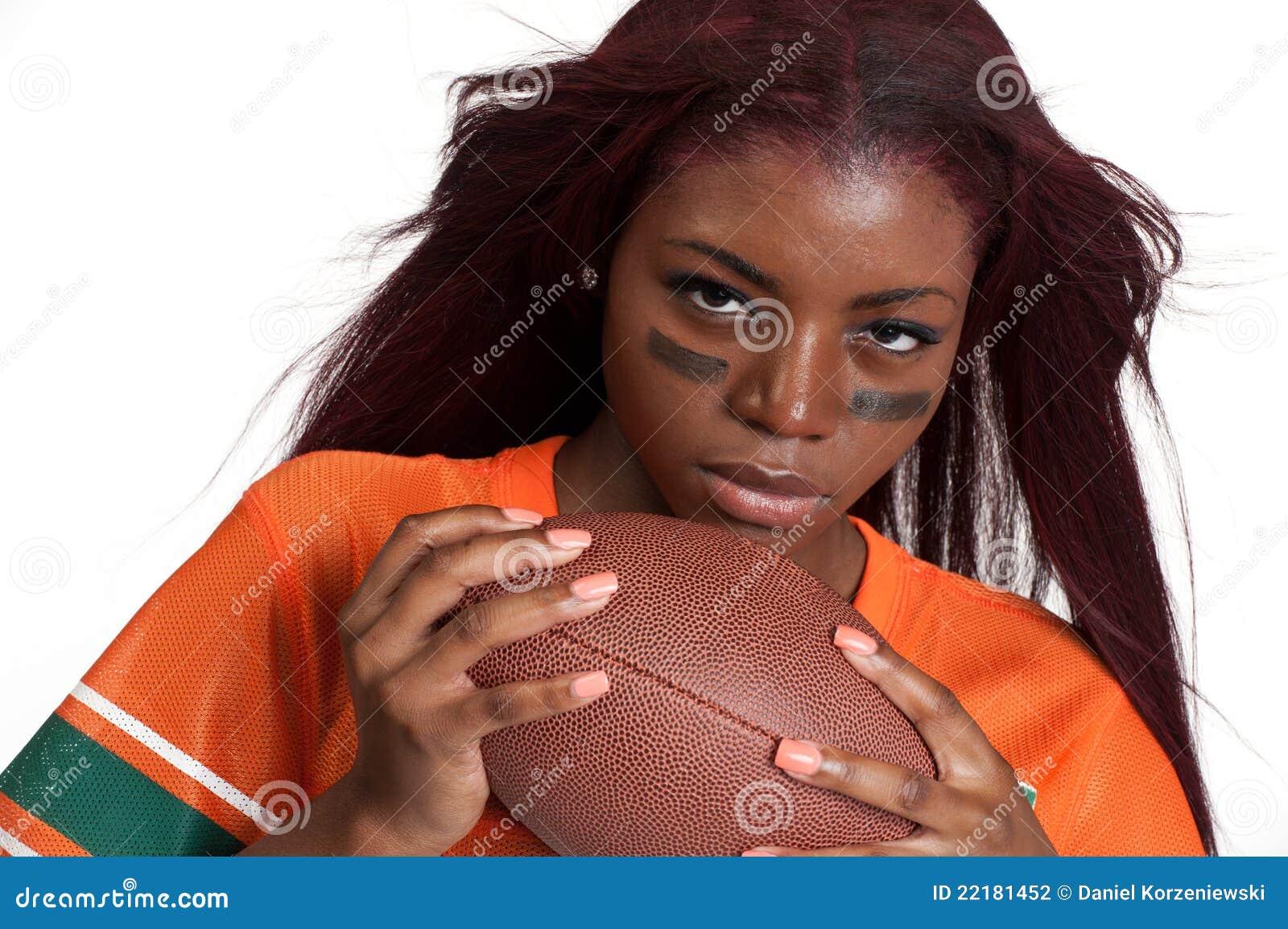 Η γυναίκα κρατά τη σφαίρα αμερικανικού ποδοσφαίρου