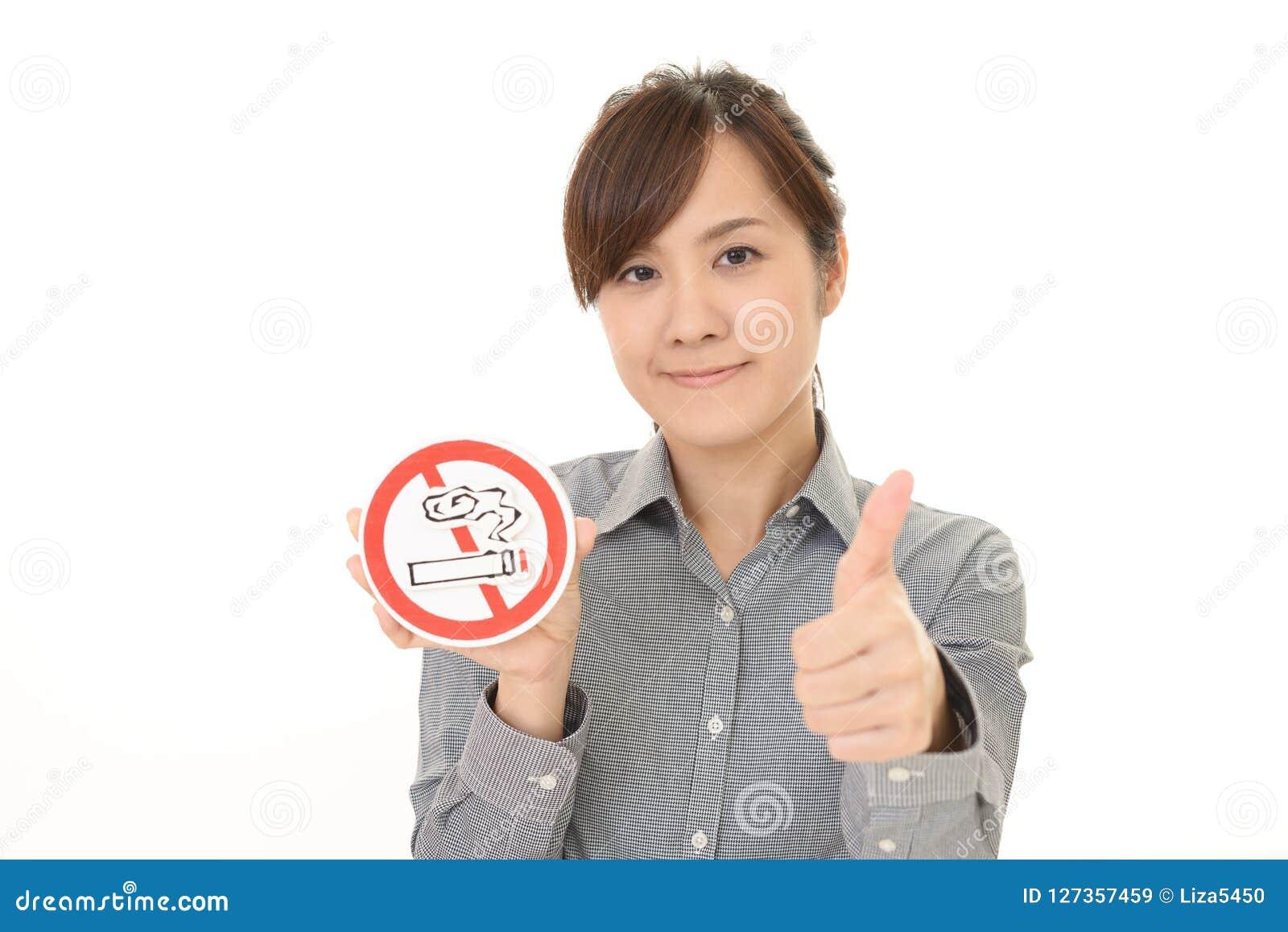 Η γυναίκα κρατά το μη καπνίζοντας σημάδι