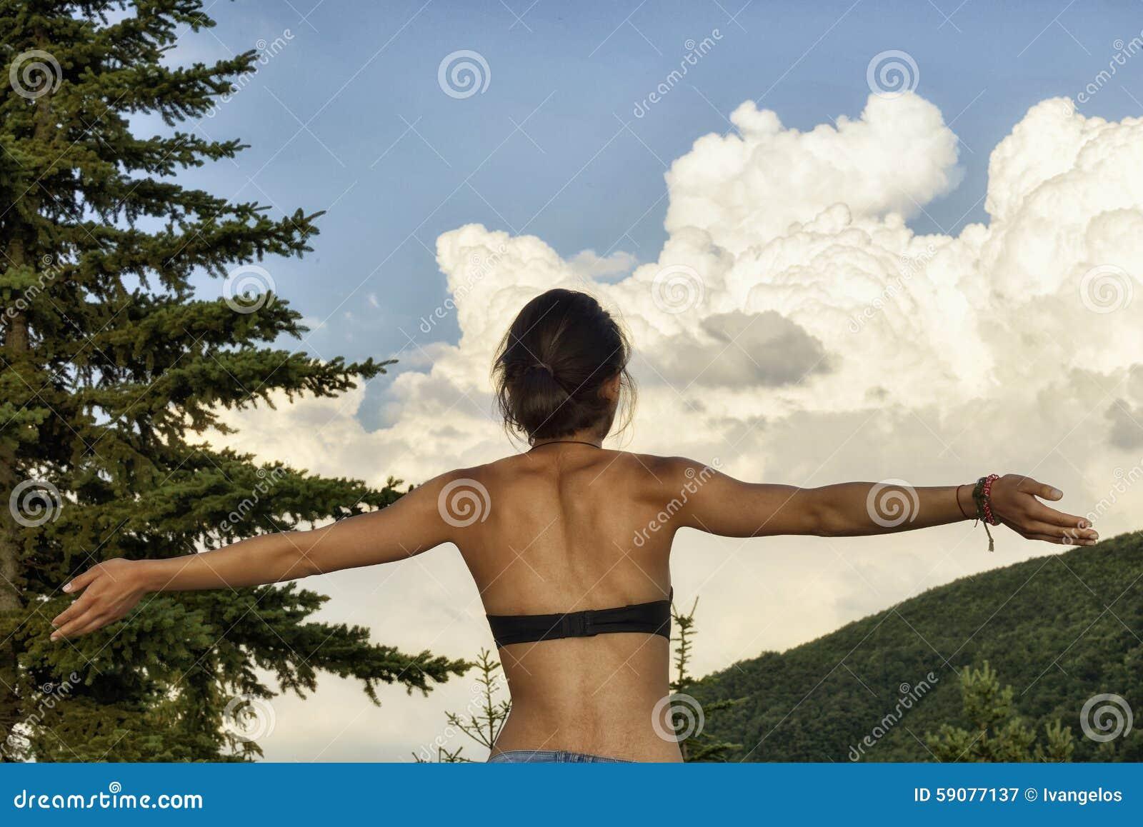 Η γυναίκα με τα όπλα απολαμβάνει το καλοκαίρι