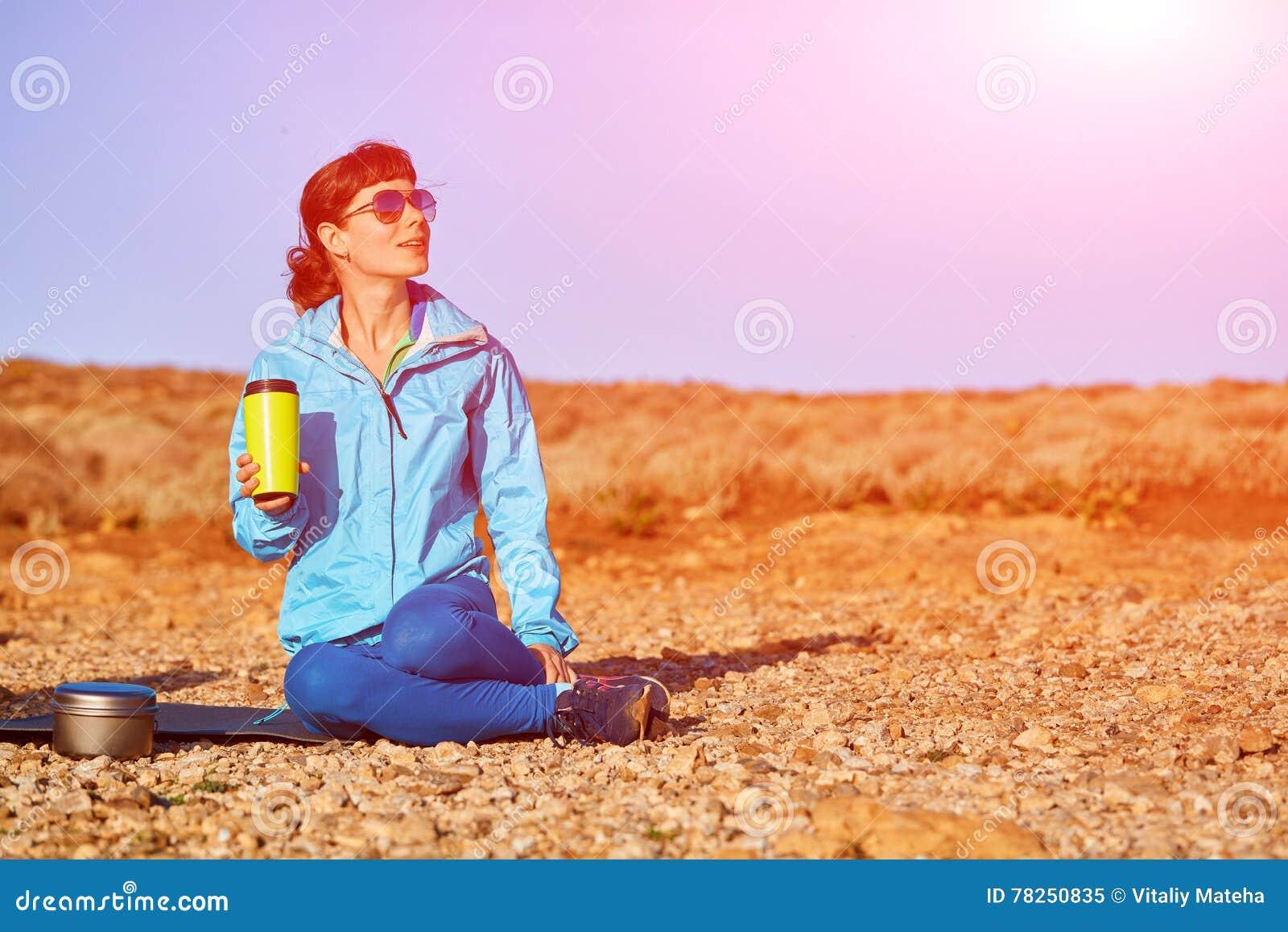 Η γυναίκα πίνει coffe