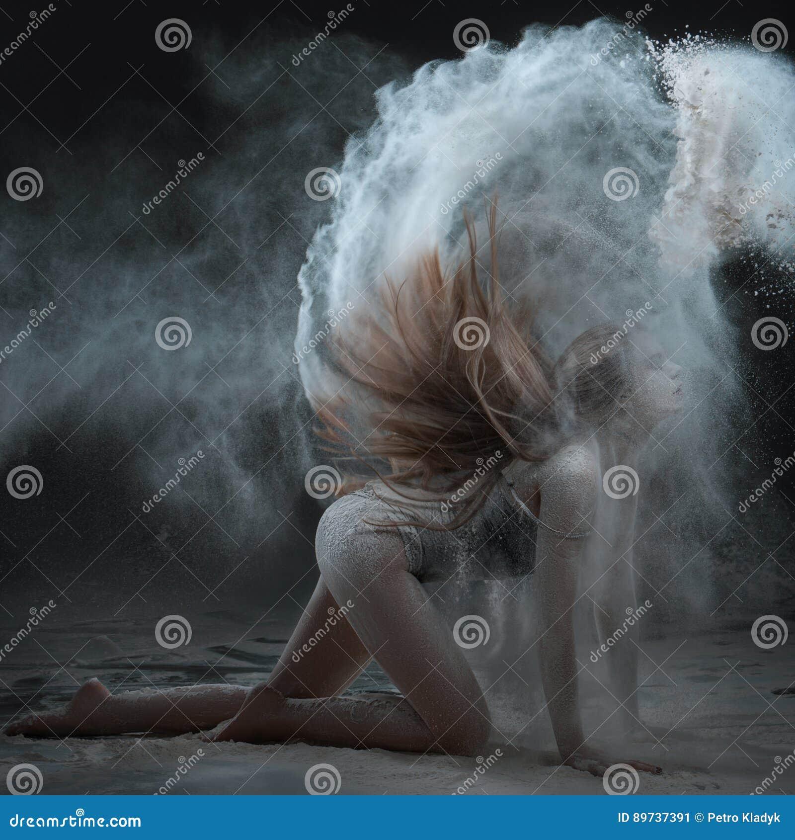 Η γυναίκα παρουσιάζει μια απόδοση με το αλεύρι