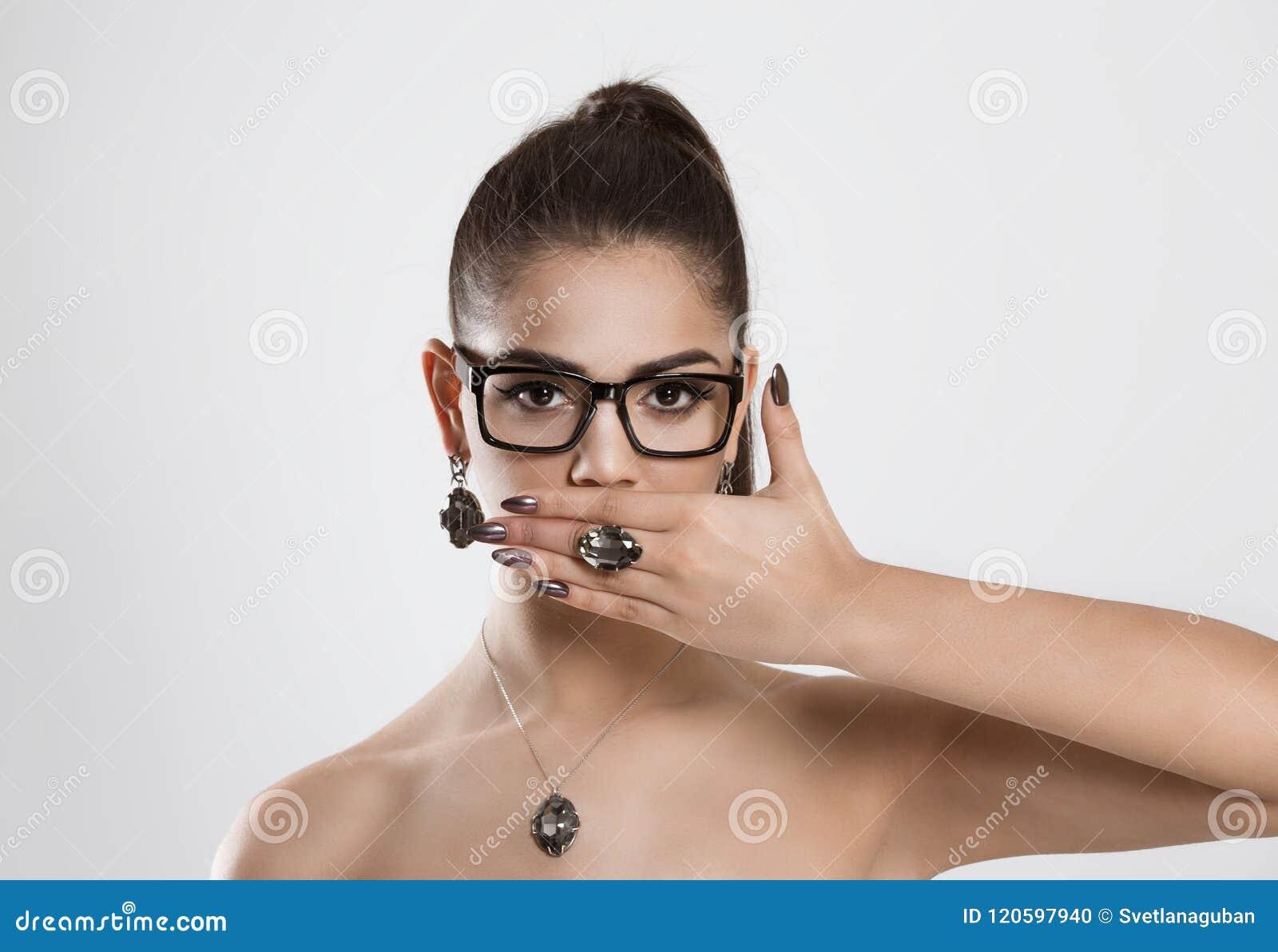 Η γυναίκα που καλύπτει το στόμα με δεν έχει κανένα δικαίωμα στη συζήτηση να μην μιλήσει κανένα κακό