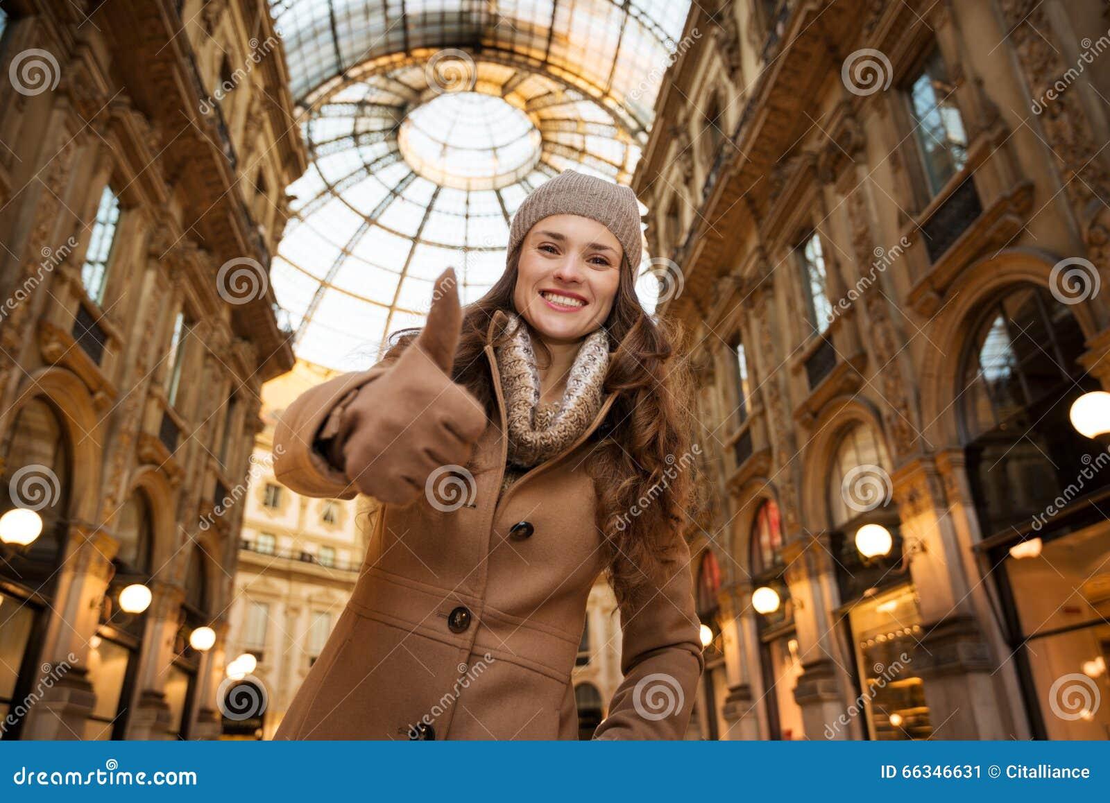 Η γυναίκα σε Galleria Vittorio Emanuele ΙΙ που παρουσιάζει φυλλομετρεί επάνω