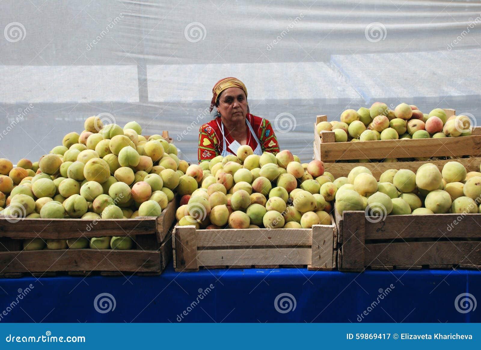 Η γυναίκα στην αγορά με τα μήλα