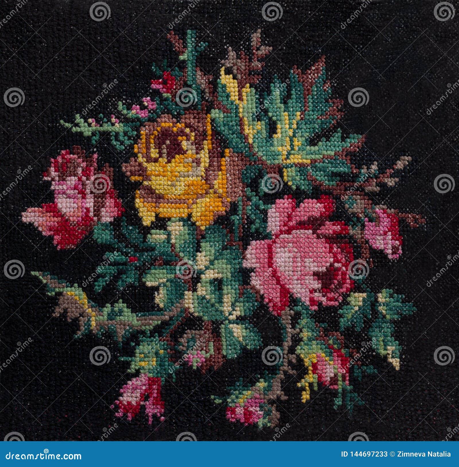 Η διαγώνιος-βελονιά η ανθοδέσμη των τριαντάφυλλων και βγάζει φύλλα στο μαύρο υπόβαθρο