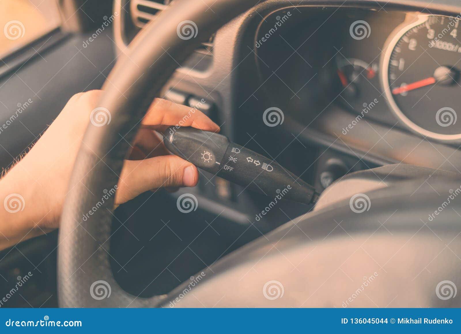 Η διαδικασία του αυτοκινήτου ρύθμισης για την κίνηση άνεσης και ανοίγει το γυρίζοντας ελαφρύ β