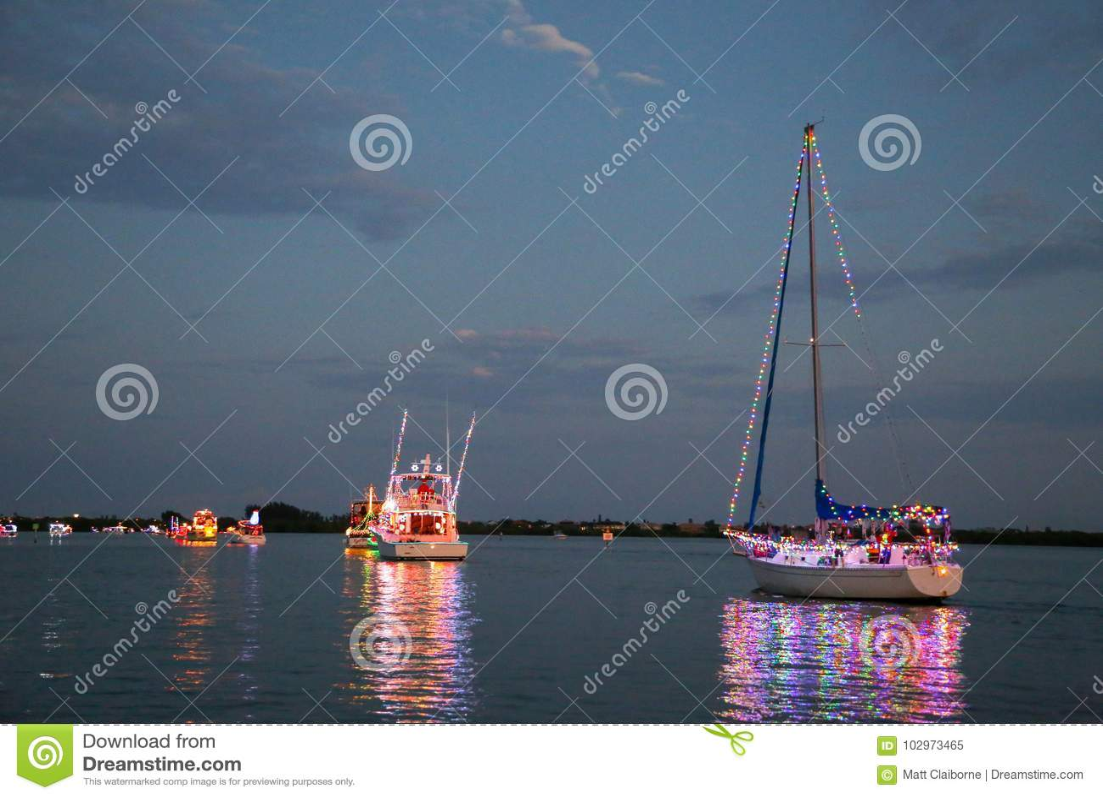 Η δύναμη και Sailboats συμμετέχουν σε μια παρέλαση βαρκών Holida