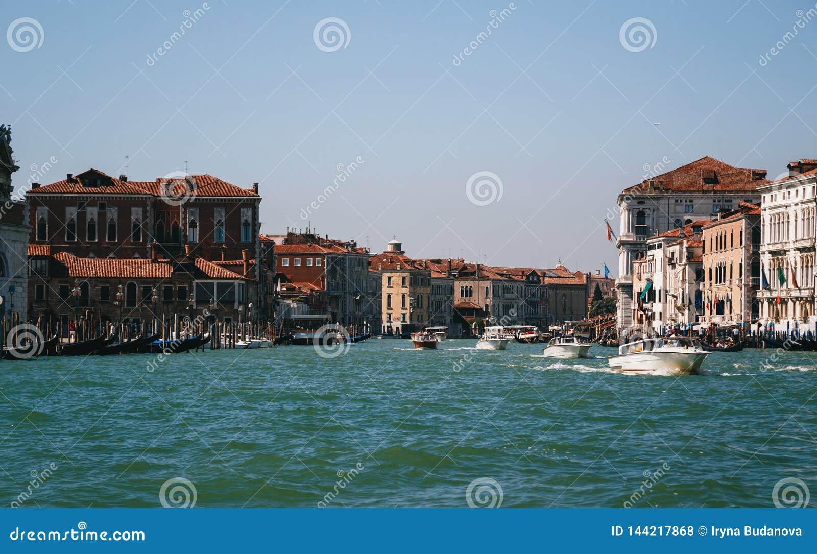 Η είσοδος στο μεγάλο κανάλι στη Βενετία, άποψη από τη βάρκα Ιταλία, θερινός χρόνος, έννοια ταξιδιού
