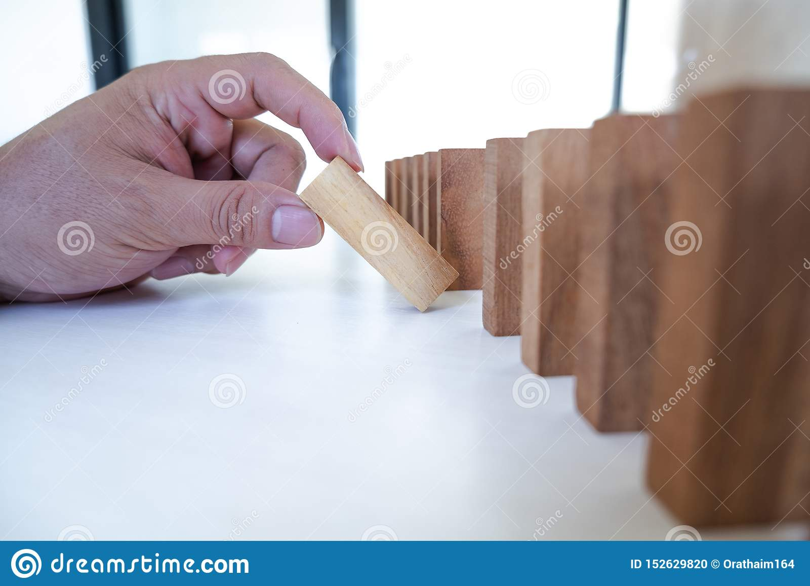 Η εικόνα της εκμετάλλευσης χεριών εμποδίζει το ξύλινο παιχνίδι να μεγαλώσει της επιχείρησης Κίνδυνος σχεδίου διαχείρισης και στρα