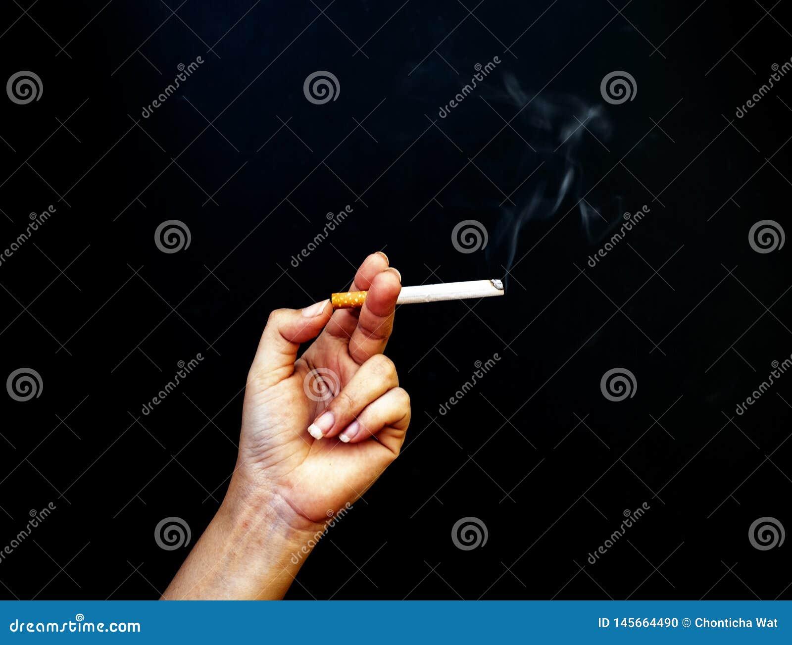 Η εικόνα του τσιγάρου υπό εξέταση, σταματά την έννοια, κόσμος καμία ημέρα καπνών, το κάπνισμα δεν σας βλάπτει μόνο αυτό βλάπτει ε