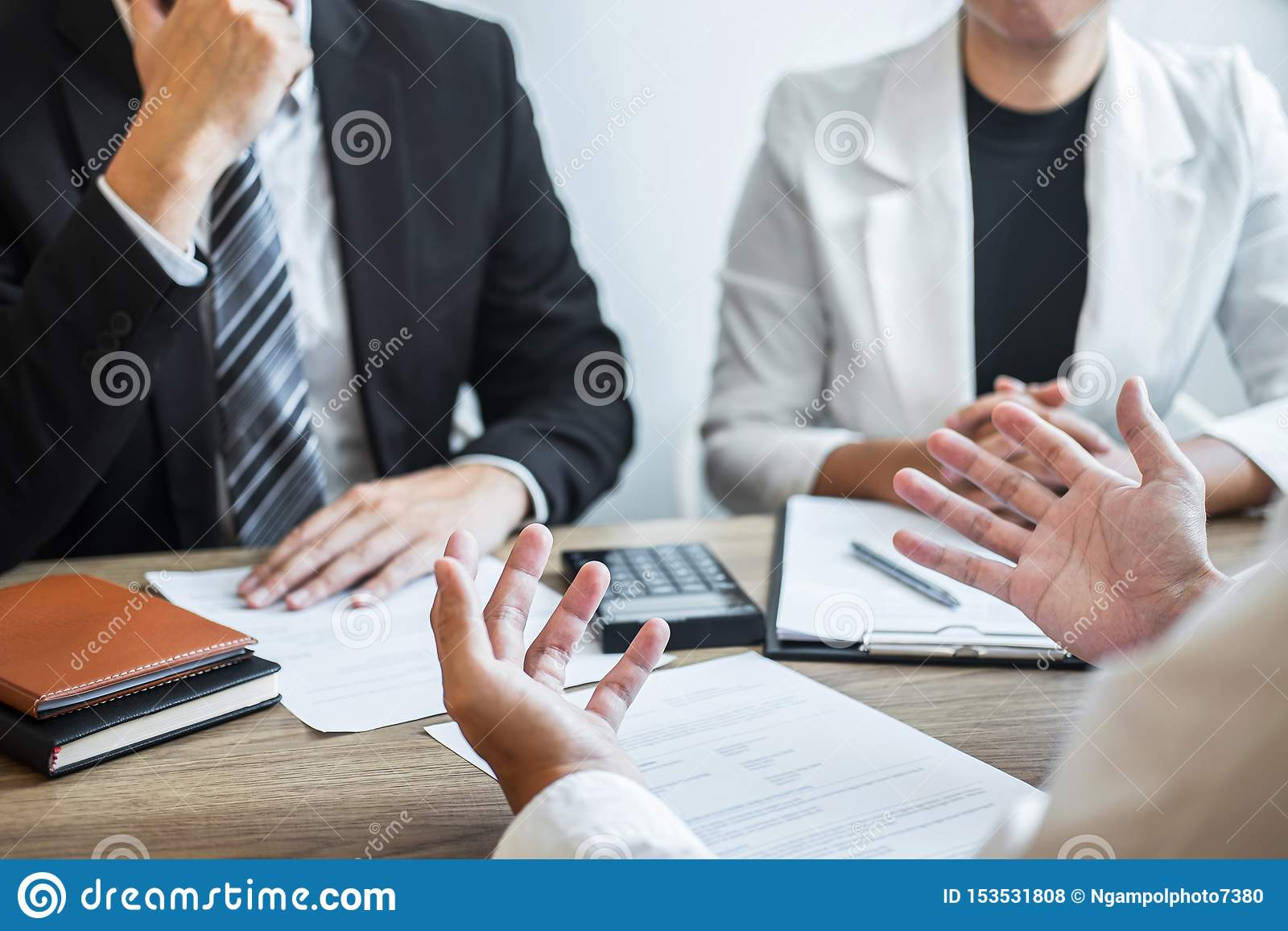Η εκμετάλλευση εργοδοτών ή recruiter που διαβάζει μια περίληψη με την ομιλία κατά τη διάρκεια για το σχεδιάγραμμα υποψηφίου του,