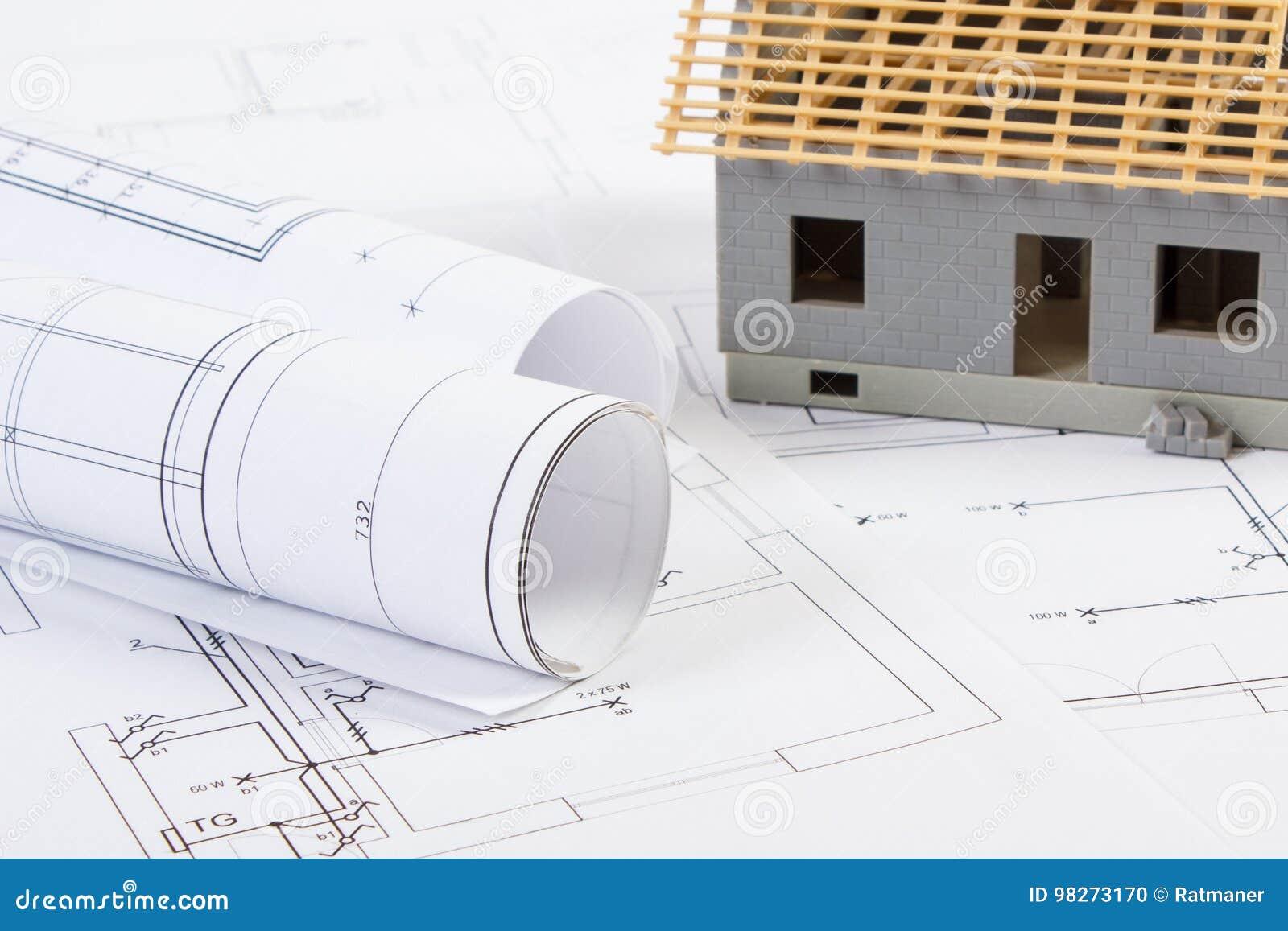 d635d5f732e3 Μικρό σπίτι κάτω από την κατασκευή με τους ηλεκτρικούς ρόλους των  διαγραμμάτων και των σχεδίων για το πρόγραμμα