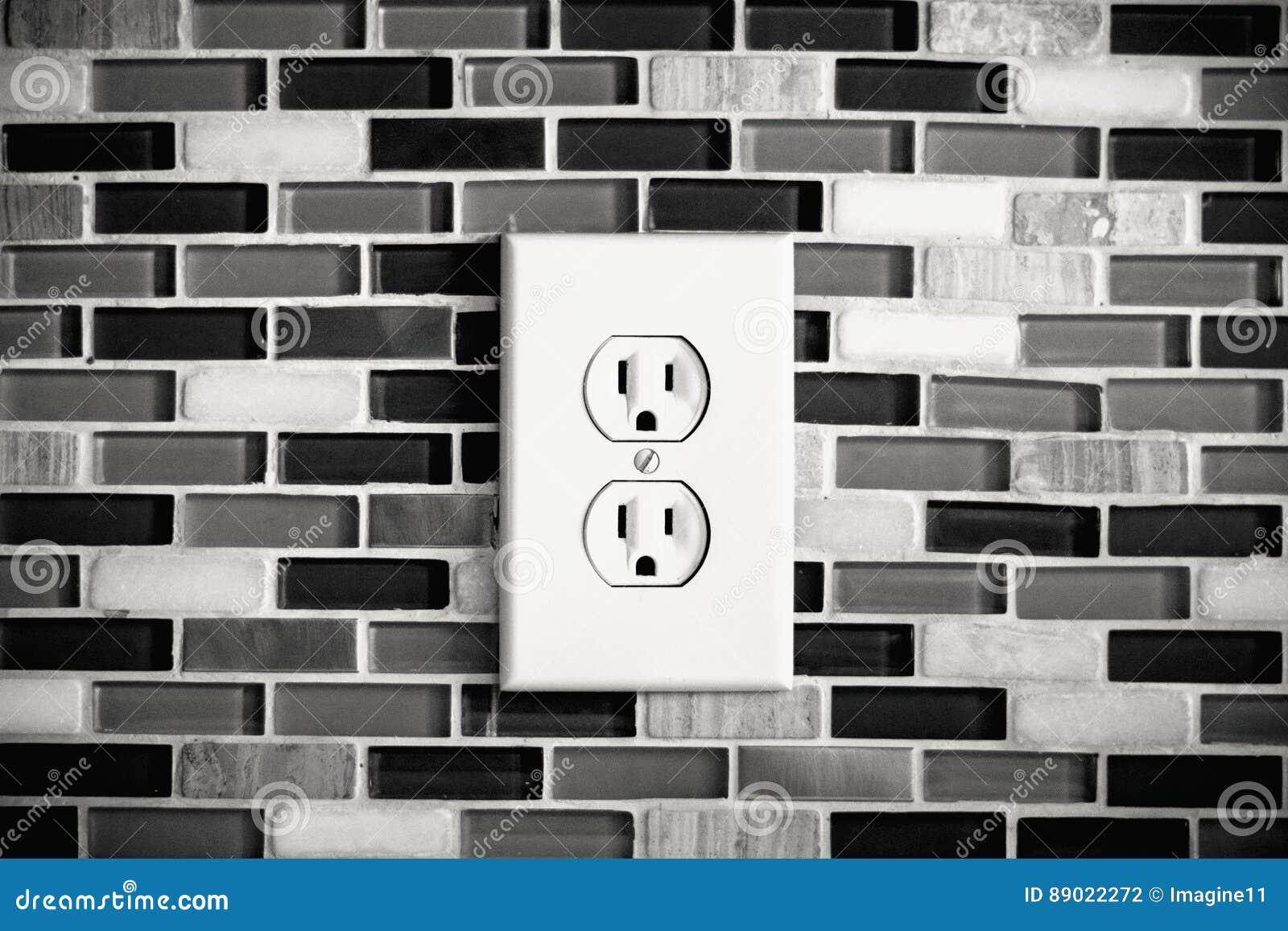 Ηλεκτρική έξοδος που τίθεται σε ένα σύγχρονο σκηνικό κουζινών