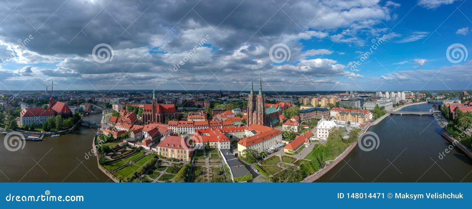 Η εναέρια άποψη Wroclaw: Ostrow Tumski, καθεδρικός ναός του ST John η βαπτιστική και συλλογική εκκλησία του ιερού σταυρού και του