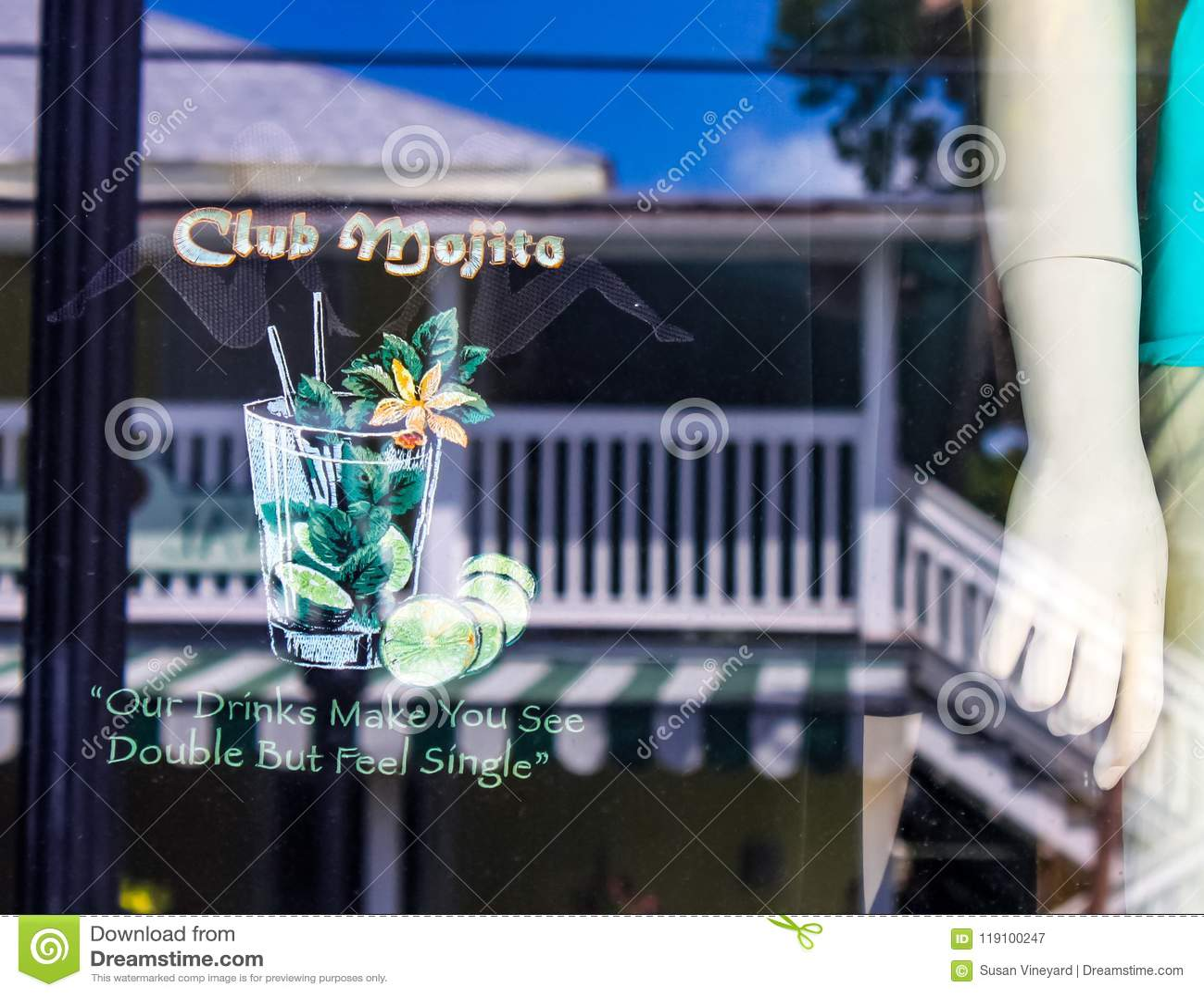 Η επίδειξη και η αντανάκλαση στο παράθυρο φραγμών οδών Duval με το μανεκέν και το ρητό των ποτών μας σας κάνουν να δείτε το διπλά