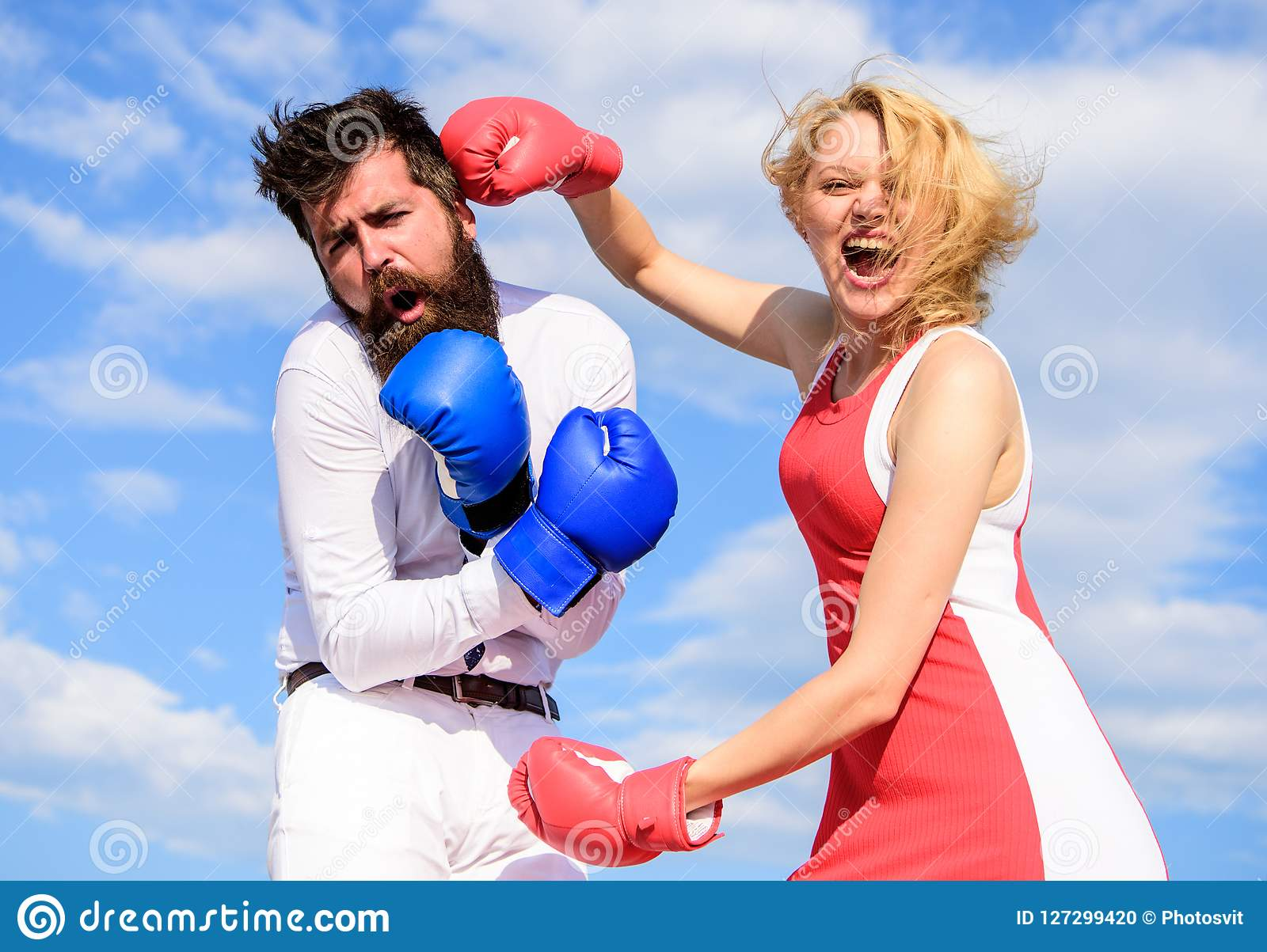 Η επίθεση είναι καλύτερη υπεράσπιση Ερωτευμένη πάλη ζεύγους Υπερασπίστε την άποψή σας στην αντιμετώπιση Θηλυκή επίθεση Οικογένεια