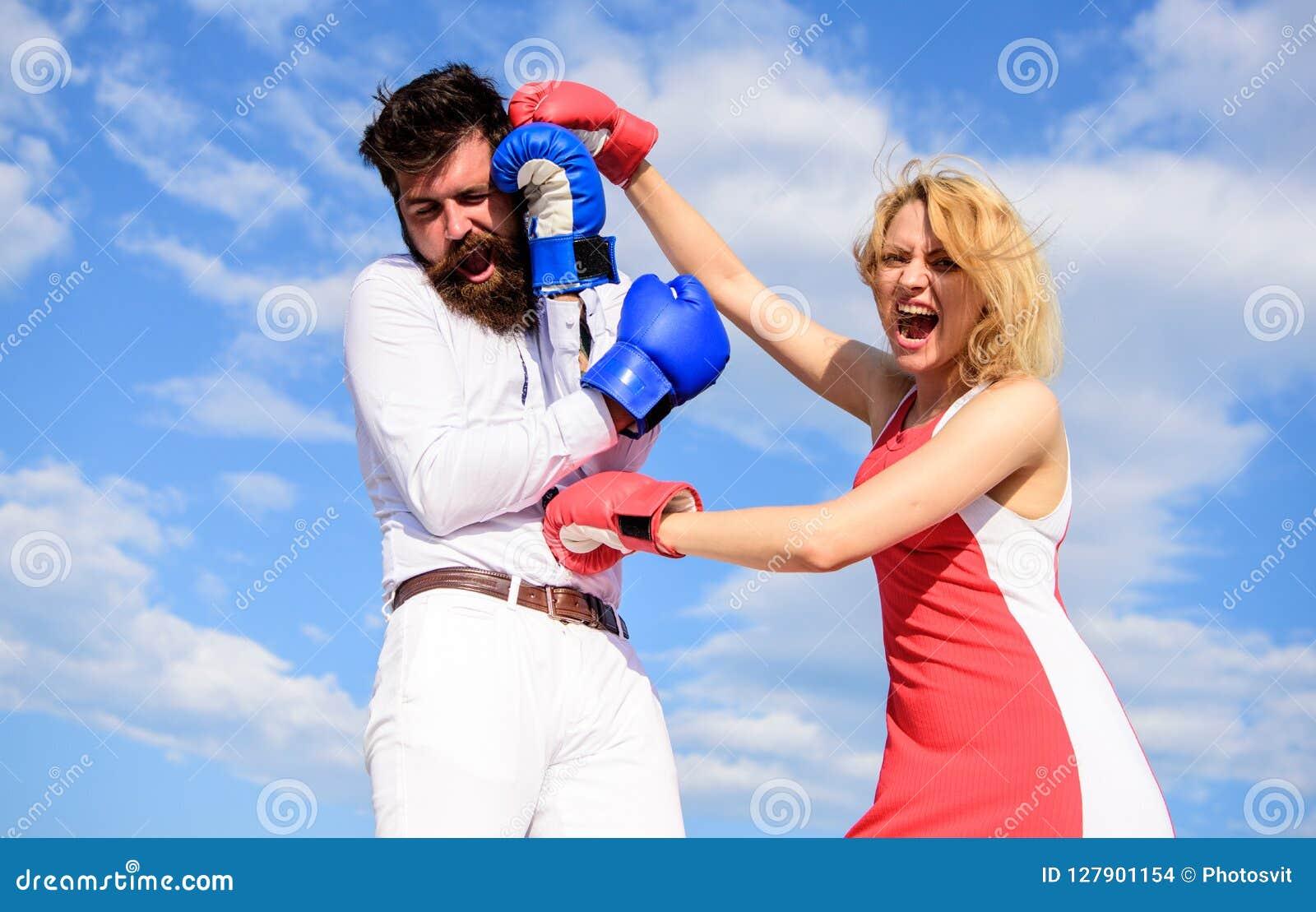 Η επίθεση είναι καλύτερη υπεράσπιση Ερωτευμένη πάλη ζεύγους Υπερασπίστε την άποψή σας στην αντιμετώπιση Εγκιβωτίζοντας γάντια πάλ