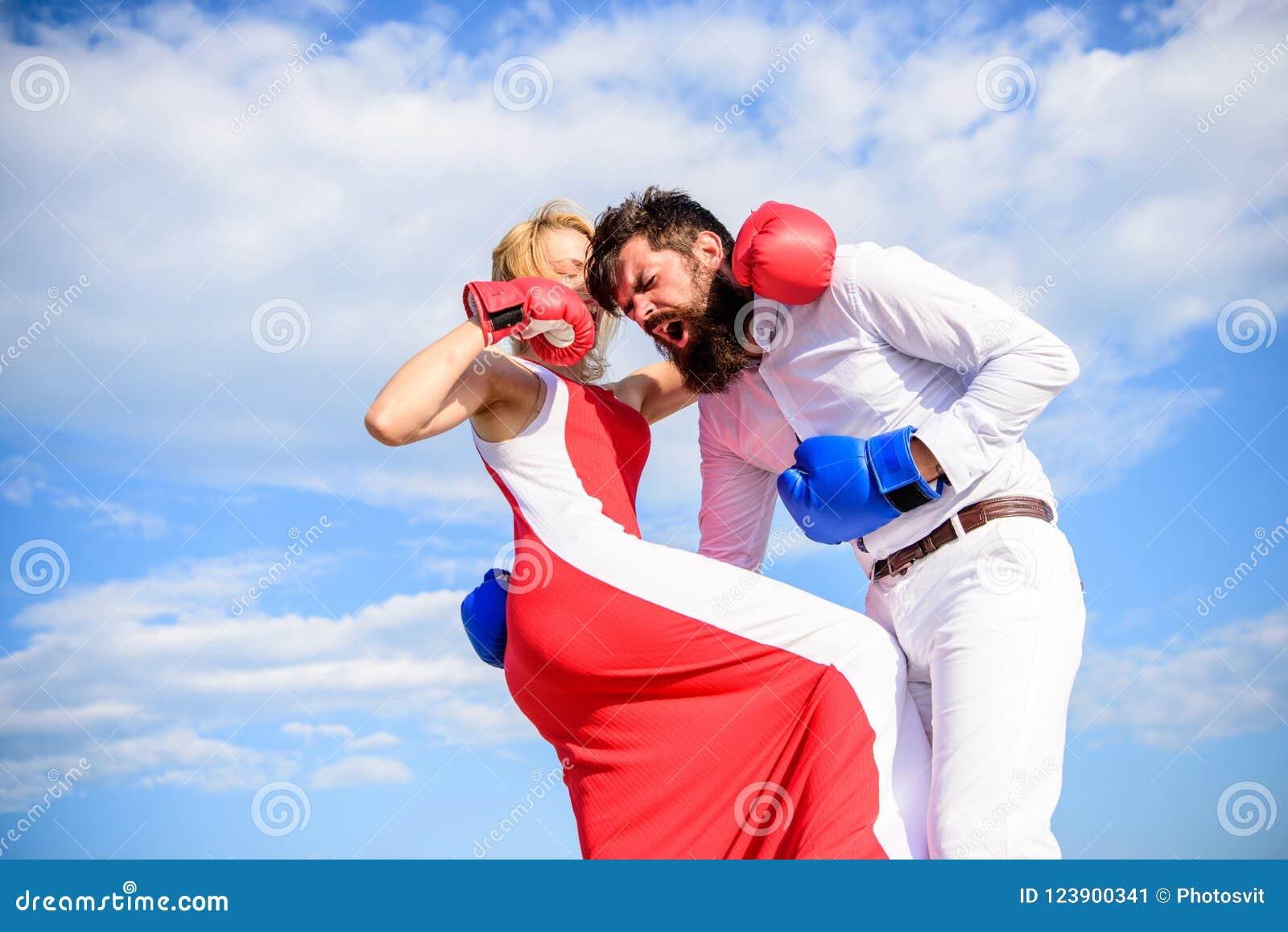 Η επίθεση είναι καλύτερη υπεράσπιση Υπερασπίστε την άποψή σας στην αντιμετώπιση Υπόβαθρο ουρανού εγκιβωτίζοντας γαντιών πάλης ανδ