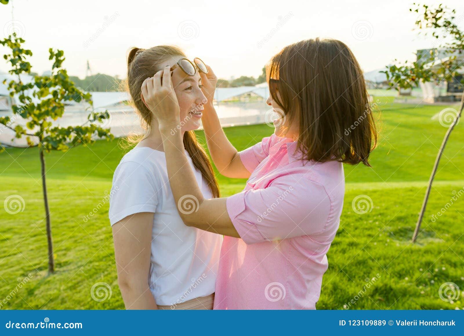 Η επικοινωνία του γονέα και του εφήβου, μητέρα έχει τη διασκέδαση με την κόρη της Χορτοτάπητας, αναψυχή και ψυχαγωγία υποβάθρου π