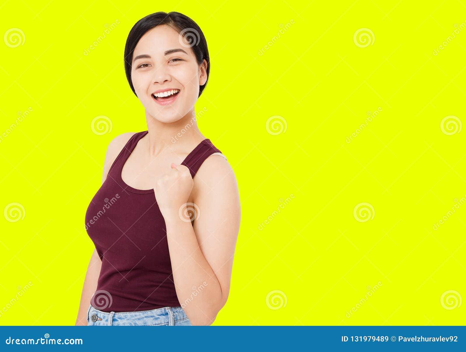 Η επιτυχής κορεατική, ασιατική γυναίκα που απομονώνεται στο κίτρινο υπόβαθρο, κορίτσι παρουσιάζει χειρονομία των αντίχειρων θετικ