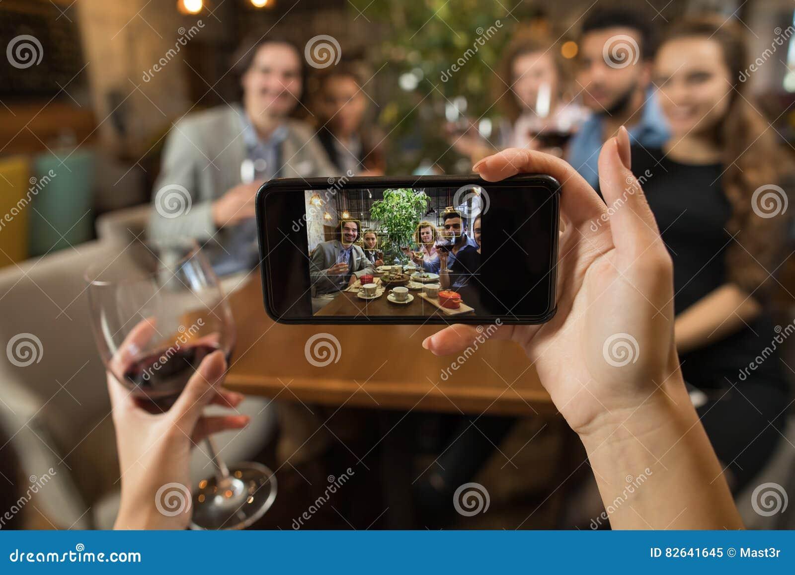 Η επιχειρηματίας που παίρνει τη νέα ομάδα επιχειρηματιών Selfie πίνει τον πίνακα εστιατορίων συνεδρίασης κρασιού, κουδούνισμα γυα