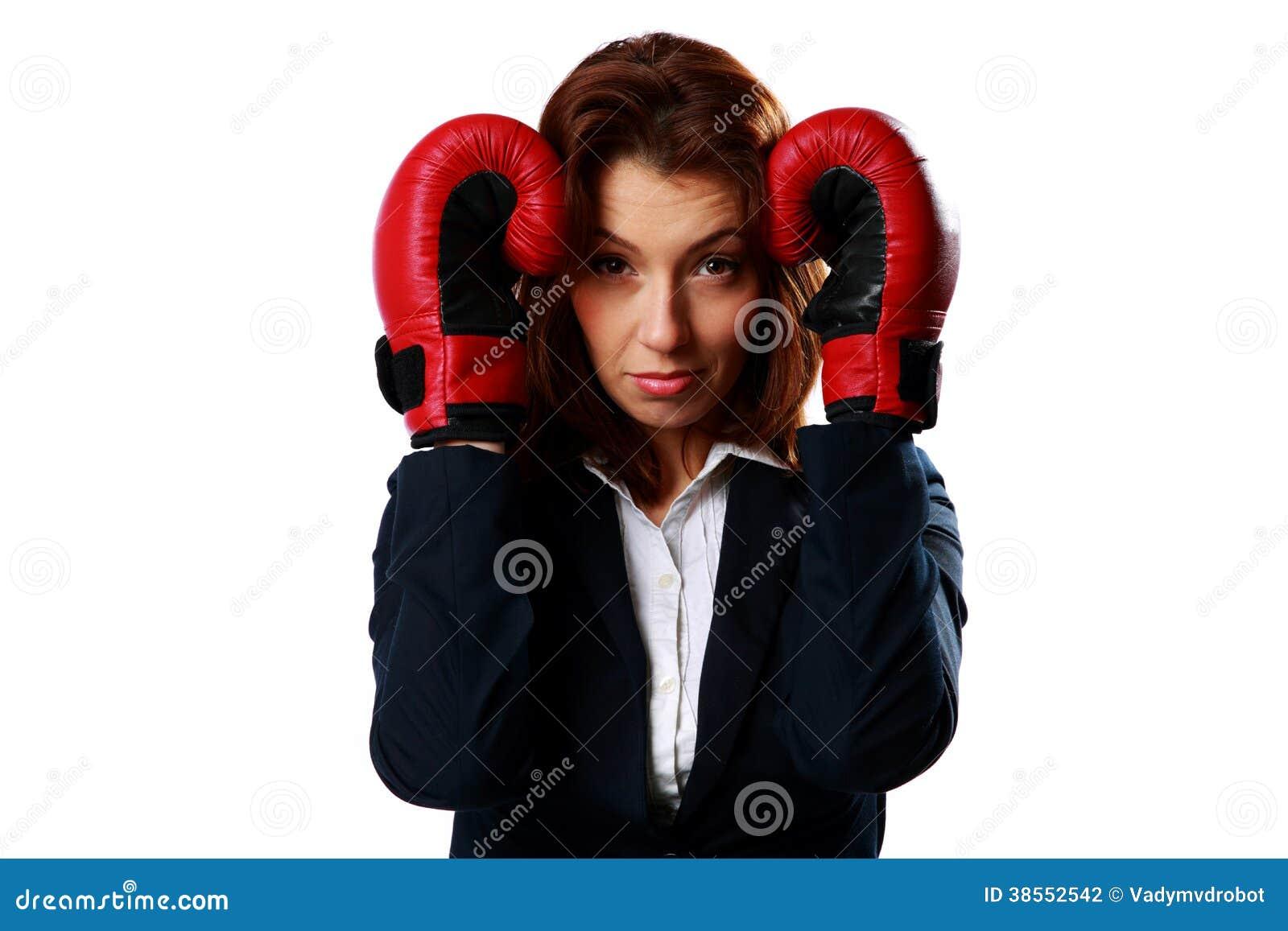 Η επιχειρηματίας που φορά τα εγκιβωτίζοντας γάντια που στέκονται σε προστατευτικό θέτει